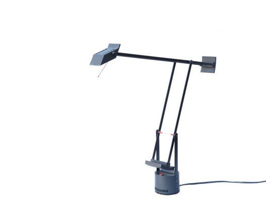 イタリアの照明ブランド、アルテミデから1972年に発表されたスタンドライト『TIZIO』。 ドイツ生まれのデザイナー、リチャード・サパーによりデザインされました。 直線のアームで構成された絶妙なバランスが大胆で美しいデザイン。 滑らかに可動するアームと回転するベースで光源の角度を自由に変えることができます。 また、ベースについている赤いスイッチで光の強さを2段階に調節することができます。 こちらの『TIZIO 35』は最大35Wタイプとなっており、また、通常のTIZIOよりも小ぶりな作りになっています。 デスクの上だけでなくベッドやソファのお隣でも使いやすいサイズです。 一箇所補修跡、金属部分にサビがございます。 全体的に細かなキズやスレがございますが動作に問題はございません。 MoMAのパーマネントコレクションにも選ばれているTIZIO。 スタンドライトとしての機能美だけでなく、モダンでスタイリッシュなデザインも魅力です。 なんだか男心をくすぐるようなデザインですよね。 コンパクトなライトなので幅をとらず、デスクの上をすっきりと使いたいという方にオススメですよ! ~【東京都杉並区阿佐ヶ谷北アンティークショップ 古一】 古一/ふるいちでは出張無料買取も行っております。杉並区周辺はもちろん、世田谷区・目黒区・武蔵野市・新宿区等の東京近郊のお見積もりも!ビンテージ家具・インテリア雑貨・ランプ・USED品・ リサイクルなら古一/フルイチへ~