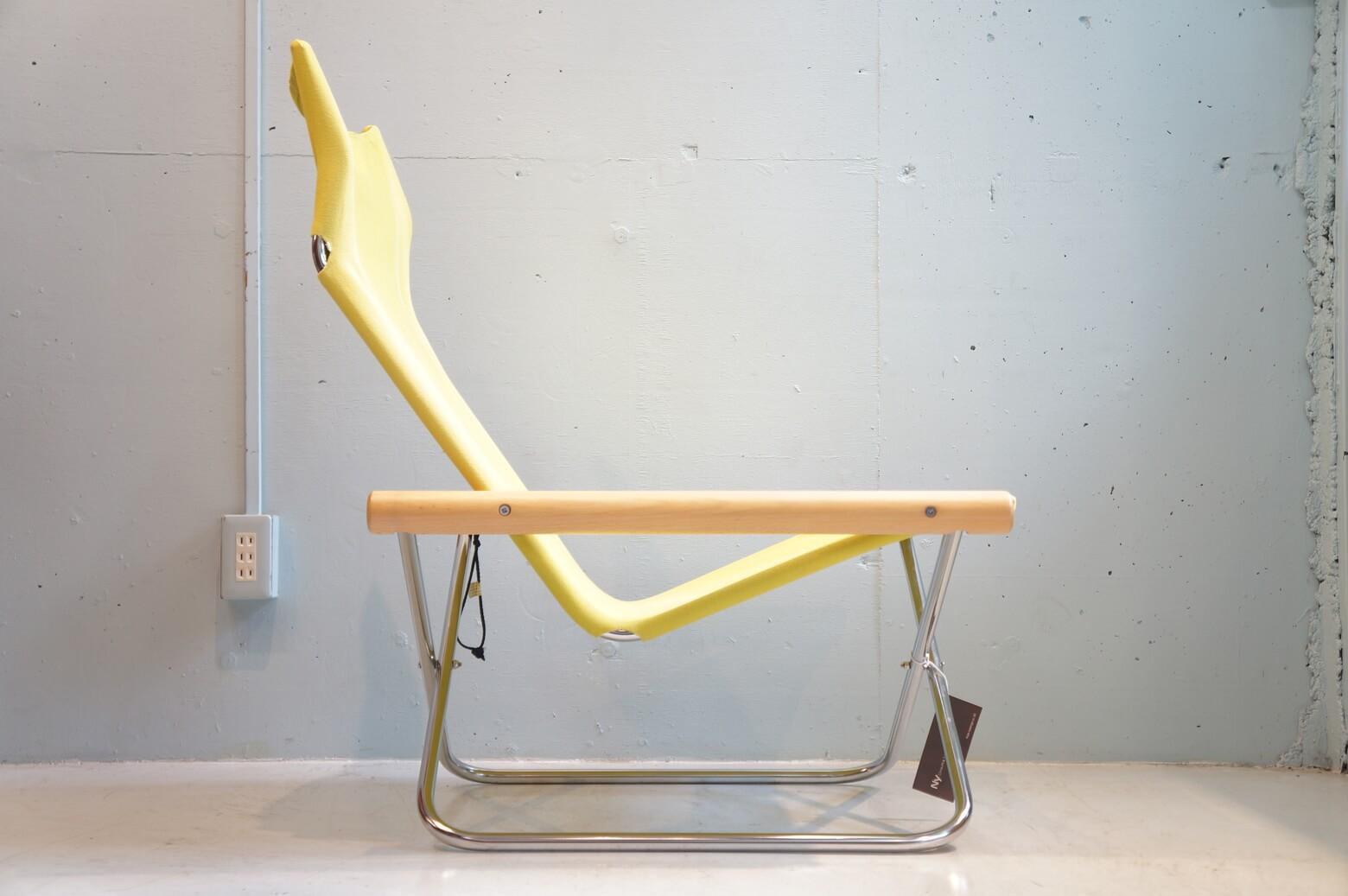 """1970年に誕生した""""世界に誇る日本の椅子""""、Ny Chair/ニーチェア。 """"Ny/ニー""""という名前は、このチェアを生み出したデザイナー新居猛氏の名前とデンマーク語の""""新しい""""という意味の言葉""""Ny""""に由来しています。 座面の高さ、背もたれの角度など全てが人間工学に基づいて設計されており、包み込まれるような快適な座り心地をたった畳一畳ほどのスペースで実現するパーソナルチェアです。 シートに日焼け、色抜けしている箇所がございます。 また、細かなキズやスレがございますが、大きなダメージはございません。 ニーチェアの特徴は座り心地だけではなく、簡単に折りたためること。 折りたたむと横幅は約15cmにまでコンパクトになります。 お部屋の中の移動も楽ですし、ピクニックやキャンプなど外に持ち出すこともできます♪ ※こちらのニーチェアはリプロダクト品になります。 ~【東京都杉並区阿佐ヶ谷北アンティークショップ 古一】 古一/ふるいちでは出張無料買取も行っております。杉並区周辺はもちろん、世田谷区・目黒区・武蔵野市・新宿区等の東京近郊のお見積もりも!ビンテージ家具・インテリア雑貨・ランプ・USED品・ リサイクルなら古一/フルイチへ~"""