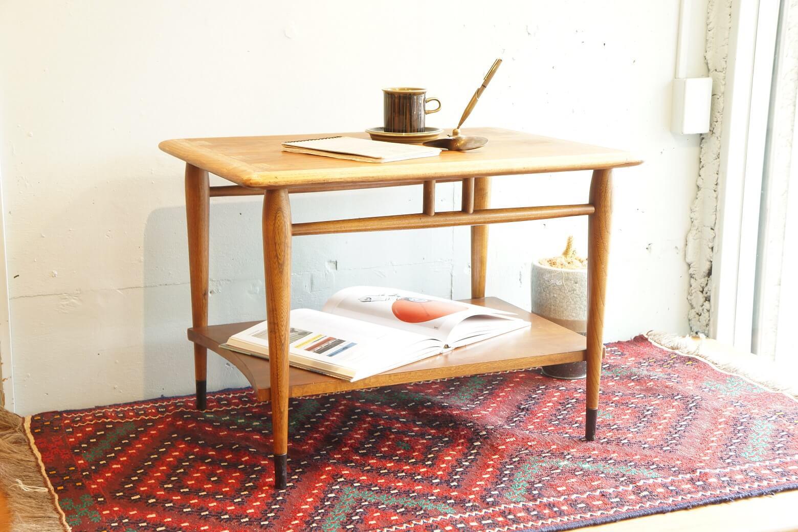 アメリカミッドセンチュリーを代表する老舗家具メーカー『LANE/レーン』。 『ダブテイル』と呼ばれる鳩の尾っぽのような組み木模様が特徴の『ACCLAIM/アクレーム』は特に人気のあるシリーズです。 こちらはテレビ台としても使えそうなサイドテーブル。 棚板が付いているので読みかけの雑誌やデッキなどを置くのにも便利です。 木のあたたかみを活かしたデザインなので、ミッドセンチュリースタイルだけでなく北欧家具にも、インダストリアルなインテリアにも合わせやすいです。 経年や使用による細かな擦れやキズがございますが、使用には問題ありません。 バックスタンプから推測すると、このテーブルは1959年製。 今から約60年も前のものとは思えないほどとても良いコンディションです。 良いものを永く、大切に、さらに味わい深く…そんなふうに使いたいですね。 ~【東京都杉並区阿佐ヶ谷北アンティークショップ 古一】 古一/ふるいちでは出張無料買取も行っております。杉並区周辺はもちろん、世田谷区・目黒区・武蔵野市・新宿区等の東京近郊のお見積もりも!ビンテージ家具・インテリア雑貨・ランプ・USED品・ リサイクルなら古一/フルイチへ~