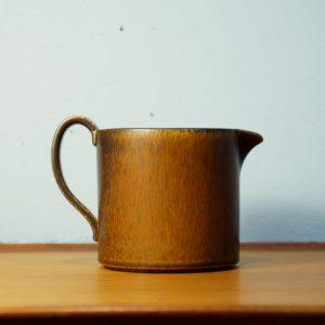 """スウェーデンを代表する陶器メーカーのひとつ、Gefle/ゲフレ。 1910年に創業し、1935年にUpsala Ekeby/ウプサラエクビーに買収された後も、1979年までUpsala EkebyのGefle窯として製造を続けました。 こちらはスウェーデン出身の女性デザイナー、ベリット・ターナーが手がけた""""キューバ""""シリーズのコーヒーポット。 同じシリーズでもティーポットは見かけることがありますが、この形のコーヒーポットはちょっと珍しいです。 濃淡のあるブラウンとサラッとしたマットな質感が日本の焼き物にも似ていて、なんだか親近感が湧きますね。 重すぎず、小ぶりなサイズが使いやすいです。 かわいいポットでほっこりと素敵なコーヒーブレイクを… 経年や使用に伴う細かなスレなどございますが、状態は良好です。 ベリット・ターナーはゲフレの大ヒットシリーズ""""コスモス""""のデザイナーとしても知られています。 彼女の作品はどれも色のグラデーションが独特で美しく、思わず引き込まれてしまうものばかりです。 こちらのキューバはその名の通り、南米をイメージしてデザインされましたが、日本の食器とも相性バッチリですよ! ~【東京都杉並区阿佐ヶ谷北アンティークショップ 古一】 古一/ふるいちでは出張無料買取も行っております。杉並区周辺はもちろん、世田谷区・目黒区・武蔵野市・新宿区等の東京近郊のお見積もりも!ビンテージ家具・インテリア雑貨・ランプ・USED品・ リサイクルなら古一/フルイチへ~"""