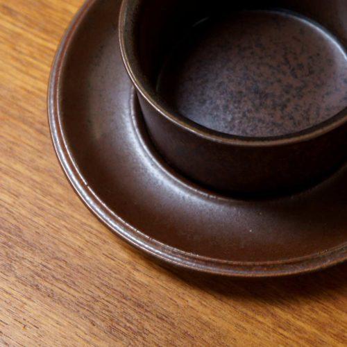 """ARABIA/アラビアを代表するシリーズ""""Ruska/ルスカ""""。 1960年代初頭から90年代後半にかけてと、アラビアの中で最も長い間作られ続けたロングセラーシリーズです。 ルスカとはフィンランド語で紅葉という意味の言葉です。 秋の紅葉が美しい日本の感性とも似ているので、和食器との相性もとっても良いです。 こちらのカップ&ソーサーは濃い茶色と赤みがかった茶色のバランスが良く、スタンダードなルスカのカラーが楽しめます。 経年や使用に伴う細かなキズやスレがございますが、比較的状態は良好です。 ルスカは使っていくうちにバックスタンプが消えてしまうしまうものが多く、残っているものを見つけるのは実はなかなか難しい… ですが、こちらはカップにバックスタンプがきれいに残っています♪ ~【東京都杉並区阿佐ヶ谷北アンティークショップ 古一】 古一/ふるいちでは出張無料買取も行っております。杉並区周辺はもちろん、世田谷区・目黒区・武蔵野市・新宿区等の東京近郊のお見積もりも!ビンテージ家具・インテリア雑貨・ランプ・USED品・ リサイクルなら古一/フルイチへ~"""