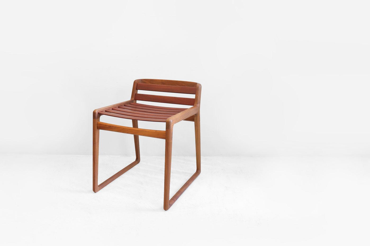 """徳島県に工房を構える、木の椅子づくり専門の家具メーカー「宮崎椅子製作所」のcomodo stool。 日本人デザイナーの猪田恭子氏とデンマーク人デザイナーのニルス・スバイエ氏の二人組みデザインチーム「Inoda+Sveje」がデザインを手がけました。 このスツールの最大の特徴は厚さ7mmという極限まで薄く仕上げられた背もたれと座面の桟。 桟には耐久性に優れた鮮やかな紫色の木材、パープルハートを使用しています。 座ると弾力性のある桟がしなり、体を優しく受け止めてくれます。 見た目からは想像できない座り心地にびっくりするほど…。 また、片手で持ち運べるくらい軽いので移動も楽々。 好きな時に好きな場所で座れる、心地の良いスツールです。 細かな傷、スレがございますが、その他大きなダメージはございません。 1969年に創業した宮崎椅子製作所。 「他社には真似のできない椅子づくり」を目指し、素材選びから加工、製作まで一貫してこだわりの椅子作りをされています。 このコモドスツールはシンプルなデザインの中にも宮崎椅子製作所の職人さんだから成せる技がたくさん盛り込まれています。 四角でも丸でもない、滑らかなラインのフレームや絶妙な弾力性を生み出す桟… 使う人もことを考えて、ディテールに至るまで精巧に作り上げられたとても""""贅沢""""なスツールです。 ぜひこの素晴らしいスツールの座り心地を体感してください。 〜【東京都杉並区阿佐ヶ谷北アンティークショップ 古一】 古一/ふるいちでは出張無料買取も行っております。杉並区周辺はもちろん、世田谷区・目黒区・武蔵野市・新宿区等の東京近郊のお見積もりも!ビンテージ家具・インテリア雑貨・ランプ・USED品・ リサイクルなら古一/フルイチへ~"""
