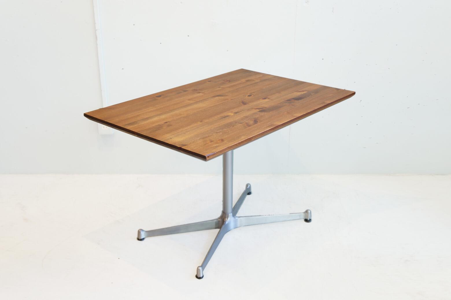 シンプルでスタイリッシュなカフェテーブル。 食事やパソコン作業などがソファに座ったままできる、ちょうどいい高さにデザインされています。 クールなアイアンのX脚とあたたかみのある木の組み合わせがおしゃれ♪ ブルックリンスタイルやインダストリアルインテリアにぴったりです。 お家で憧れのカフェスタイルが楽しめます。 天板の角が一箇所、削れています。 細かなキズやスレ、鉄脚のサビがございます。 ソファにローテーブルだとどうしても姿勢が前のめりになって食事がしにくい…、結局ソファから降りて床に座って食事をしている…、なんて方も多いのでは? そんな方にはぜひ、ソファに合わせた高さのテーブルを使うことをおすすめします! ~【東京都杉並区阿佐ヶ谷北アンティークショップ 古一】 古一/ふるいちでは出張無料買取も行っております。杉並区周辺はもちろん、世田谷区・目黒区・武蔵野市・新宿区等の東京近郊のお見積もりも!ビンテージ家具・インテリア雑貨・ランプ・USED品・ リサイクルなら古一/フルイチへ~