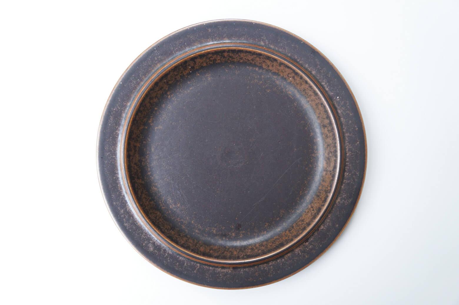 """フィンランドの陶器メーカー、アラビア社のヴィンテージの中でも特に高い人気を誇るシリーズ""""Ruska/ルスカ""""。 アラビアを代表する女性デザイナー、ウラ・プロコッペがデザインを手がけました。 どんな料理にも合わせやすいシンプルなデザインやオーブン調理にも対応している優れた耐熱性。 その使い勝手の良さから、廃盤となっている現在でも高い人気を誇ります。 秋冬の食卓にぴったりな""""紅葉""""カラーのルスカ。 ぜひあったかぁ〜いお料理をルスカに盛り付けて、身も心も温まるディナーをお楽しみください♪ カトラリー跡や細かな擦れがございます。ヒビやチップはございません。 ルスカは金属を含んだ独特な釉薬を使うことによって様々な色合いが生まれます。 そのため、どれひとつとして同じ表情のものはありません。 全てが""""世界に一つだけのルスカ""""。 気に入った色合いのルスカを見つけたら是非ゲットしてください! 全く同じルスカに出会えることはありませんので… ~【東京都杉並区阿佐ヶ谷北アンティークショップ 古一】 古一/ふるいちでは出張無料買取も行っております。杉並区周辺はもちろん、世田谷区・目黒区・武蔵野市・新宿区等の東京近郊のお見積もりも!ビンテージ家具・インテリア雑貨・ランプ・USED品・ リサイクルなら古一/フルイチへ~"""