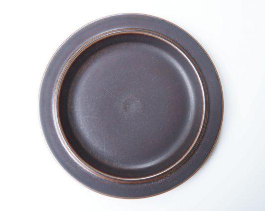 """フィンランドの陶器メーカー、アラビア社のヴィンテージの中でも特に高い人気を誇るシリーズ""""Ruska/ルスカ""""。 アラビアを代表する女性デザイナー、ウラ・プロコッペがデザインを手がけました。 """"紅葉""""を意味する名前の通り、色づいた葉っぱのように味わい深いブラウンカラーが特徴です。 その人気の高さから、様々な形のルスカが作られました。 中でもこちらの大きなサイズのディナープレートは現在ではなかなか入手困難なレアなアイテムです。 和洋問わず、魚料理、肉料理、カレーにパスタ、どんなお料理を盛り付けても絵になるルスカ。 是非一度使ってみてはいかがでしょうか♪ カトラリー跡や細かな擦れがございます。ヒビやチップはございません。 濃いブラウン、赤みのあるブラウン、イチョウのようなイエローに近いブラウンなど… 本当に様々な色合いが存在するルスカ。 美しく色づいた葉っぱのようで、まさに""""紅葉""""という名前がぴったりです。 紅葉は日本の秋の風物詩ですが、外国ではあまり紅葉を楽しむ文化はなく、""""紅葉""""を表す言葉もないのだとか。 そう思うと、フィンランドの文化と日本の文化は何か近いものがあるのだなぁと親近感が湧きますよね。 ~【東京都杉並区阿佐ヶ谷北アンティークショップ 古一】 古一/ふるいちでは出張無料買取も行っております。杉並区周辺はもちろん、世田谷区・目黒区・武蔵野市・新宿区等の東京近郊のお見積もりも!ビンテージ家具・インテリア雑貨・ランプ・USED品・ リサイクルなら古一/フルイチへ~"""