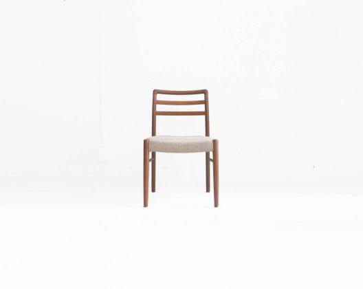 1970〜80年代、百貨店の家具売り場で北欧家具と並び高級家具として販売されていた日本が誇る家具メーカーの一つ、青林製作所。 チーク材を使った、北欧家具を意識したデザインのものがほとんどですが、素材選びや職人さんの技術ともに本場北欧に負けず劣らずのクオリティーです。 こちらのダイニングチェアもそんな青林製作所の素晴らしい技術を感じることができる一脚です。 肌触り滑らかに仕上げられた木肌、美しくカーブを描いた背もたれの角。 ダイニングチェアとして用途以外にも、デスクやドレッサーと一緒にお使いいただくのもおすすめです。 ヴィンテージ品のため、経年や使用に伴う細かなキズやスレ、小さな打痕などがございます。 また、ファブリック座面に若干の毛羽立ちがございます。 青林製作所は残念ながら現在は廃業してしまっているため、ヴィンテージ品のみでしか青林製作所の家具とは出会えません。 しっかりと作りこまれた質の高い家具は世代を超えても、ぜひ永くお使いいただきたいと思います。 ~【東京都杉並区阿佐ヶ谷北アンティークショップ 古一】 古一/ふるいちでは出張無料買取も行っております。杉並区周辺はもちろん、世田谷区・目黒区・武蔵野市・新宿区等の東京近郊のお見積もりも!ビンテージ家具・インテリア雑貨・ランプ・USED品・ リサイクルなら古一/フルイチへ~