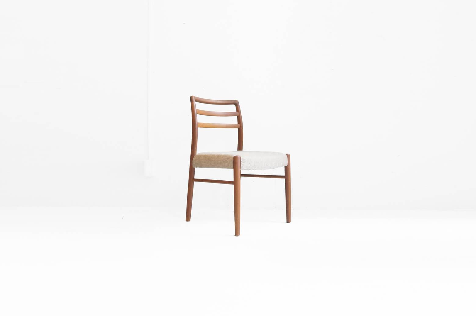 日田工芸や山品木工と並ぶ、日本が誇る家具メーカーの一つ、青林製作所。 1970〜80年代に百貨店の家具売り場で北欧家具と並び高級家具として販売されていました。 残念ながら三社とも現在は廃業してしまいましたが、卓越した職人さんの技術で作り上げられた家具は現在でもジャパンビンテージ家具として高い人気があります。 丁寧に丁寧に使う人のことを考えられて作られた家具は40年以上経ってもその風格は色褪せることがありません。 こちらのダイニングチェアもチーク材の木肌の滑らかな仕上げや背もたれや脚先の美しい丸みなど、細部にまで職人さんのこだわりが感じられます。 脚にヒビの補修跡がございますが使用には問題ありません。 その他、ヴィンテージ品のため、経年や使用に伴う細かなキズやスレ、小さな打痕などがございます。 また、ファブリック座面に毛羽立ちがございます。 素晴らしい職人さんの手により作られた家具だからこそ、チーク材の持つあたたかみがより一層感じられるのでは、と思います。 ぜひこの味わい深いチェアをご自宅に…♪ ~【東京都杉並区阿佐ヶ谷北アンティークショップ 古一】 古一/ふるいちでは出張無料買取も行っております。杉並区周辺はもちろん、世田谷区・目黒区・武蔵野市・新宿区等の東京近郊のお見積もりも!ビンテージ家具・インテリア雑貨・ランプ・USED品・ リサイクルなら古一/フルイチへ~