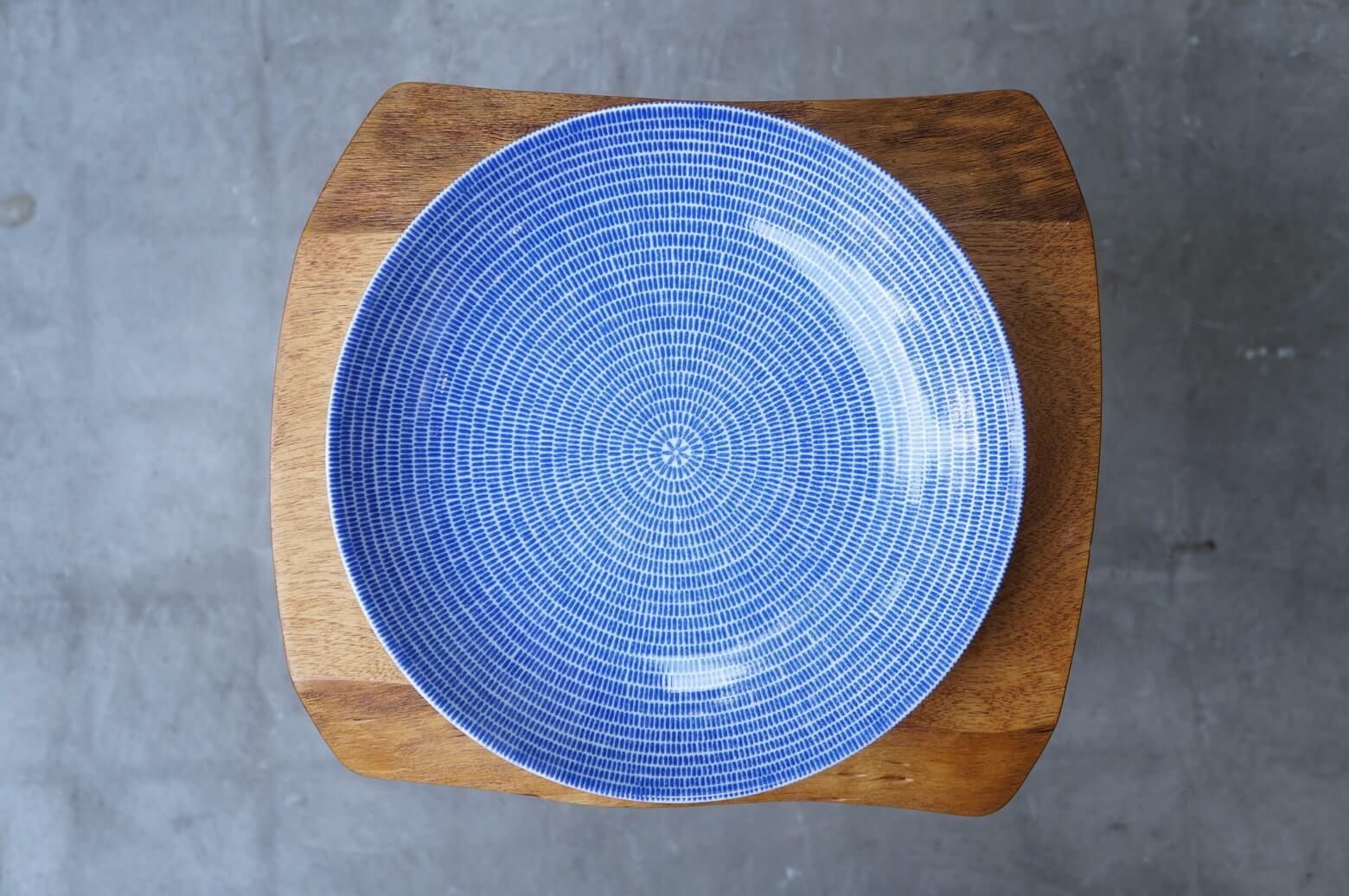 """映画「かもめ食堂」でおにぎりが盛り付けられていたお皿。 それがこのArabia/アラビアのAvec/アベックです。 フィンランドでおにぎり!? ミスマッチのように思われるかもしれませんが、このふたつを見事にマッチングさせてくれているのがこのお皿と言っても過言ではないでしょう。 「かもめ食堂」を観てこのお皿に憧れたという方もかなり多く、日本ではどこも品切れで""""次回入荷未定""""となっているショップばかり… 特にこのパスタプレートはここ最近では再販されておらず、なかなかレアなアイテムとなっています。 トマトソースパスタやクリームパスタ、カレーにピラフにチャーハンに、はたまた、ちらし寿司なんかも。 北欧ブルーの模様で身をまとったシンプルな器は和洋問わず、どんなお料理でもバチッと決まります。 細かなスレがございますが、カトラリー跡もほとんど気にならない程度で、比較的状態は良好です。 バックスタンプは王冠ありの旧タイプ。 2017年に再販されたものよりも少し色が濃く、縁まで模様が入っています。 次はいつどこで手に入るか分からないアベックのパスタプレート… お探しの方はぜひいかがでしょうか♪ ~【東京都杉並区阿佐ヶ谷北アンティークショップ 古一】 古一/ふるいちでは出張無料買取も行っております。杉並区周辺はもちろん、世田谷区・目黒区・武蔵野市・新宿区等の東京近郊のお見積もりも!ビンテージ家具・インテリア雑貨・ランプ・USED品・ リサイクルなら古一/フルイチへ~"""