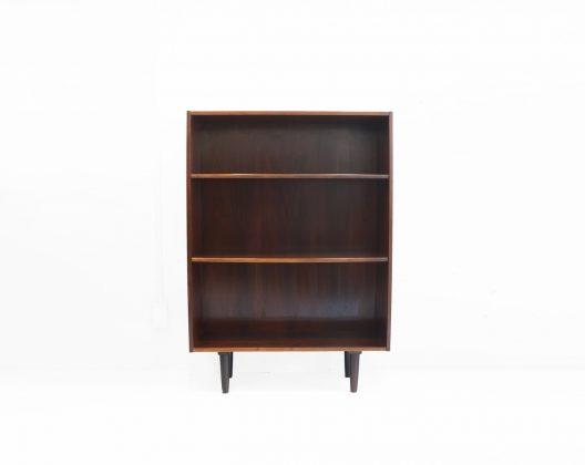 北欧ヴィンテージ家具で多く扱われている高級木材、ローズウッドを使用した北欧ヴィンテージブックシェルフ。 北欧家具の本棚の中でもなかなか珍しい、一人暮らしのワンルームでも扱いやすいサイズ感です。 ローズウッドの木目は美しく、そしてとても特徴的。 見るものを圧倒するような雰囲気さえあります。 ローズウッドは高級感のあるエレガントなデザインの家具と合わせやすいのですが、パキっとした原色のアイテムとも相性が良いです。 実は和洋問わず使いやすいというのがローズウッドの家具の特徴でもあります。 経年によるキズ、スレ、小さな打痕などがございます。 古いオイルを洗い落とし、新しいオイルを塗り直しました。 デンマークデザイン界を代表するデザイナーのひとり、ボーエ・モーエンセンがローズウッド製のブックシェルフをデザインしています。 こちらのブックシェルフもモーエンセンのような雰囲気が感じられるため、もしかしたらモーエンセン本人のデザインなのかも、という可能性も捨てきれず… しかし、当時の北欧家具は有名デザイナーの作品へのオマージュのようなデザインの家具も多くあるため、はっきりとしたことは分かりません… ~【東京都杉並区阿佐ヶ谷北アンティークショップ 古一】 古一/ふるいちでは出張無料買取も行っております。杉並区周辺はもちろん、世田谷区・目黒区・武蔵野市・新宿区等の東京近郊のお見積もりも!ビンテージ家具・インテリア雑貨・ランプ・USED品・ リサイクルなら古一/フルイチへ~