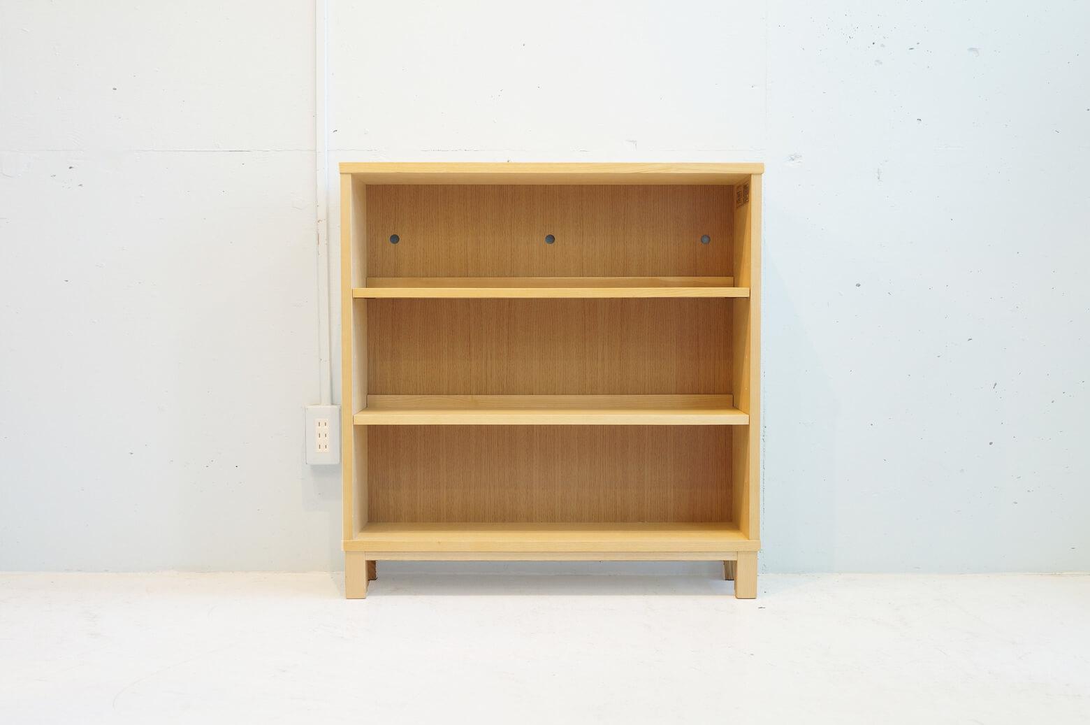 ナチュラルでシンプル、そして置く場所を選ばないデザインが人気の無印良品の家具。 こちらはタモ材を使った薄型のラックです。 狭い空間でも部屋の隅まで収納できるようにデザインされています。 棚板を斜めにして、お気に入りのCDや小物などをディスプレイするのも◎ 薄型でコンパクトなのでお部屋に圧迫感なく収納スペースを作ることができます。 天板に日焼けしている箇所がございます。右側面上部のダボ穴が一箇所潰れています その他、使用に伴う細かなキズやスレがございます。 薄型のため、転倒防止器具などで壁に固定してお使いください。 狭いお部屋でも無駄なくすっきりと整理整頓させたい!という方にオススメのラックです。 無印良品の家具はとことんシンプルで使いやすく、お部屋の雰囲気を選ばずにどんなスタイルにも合わせやすいのがいいですよね。 ~【東京都杉並区阿佐ヶ谷北アンティークショップ 古一】 古一/ふるいちでは出張無料買取も行っております。杉並区周辺はもちろん、世田谷区・目黒区・武蔵野市・新宿区等の東京近郊のお見積もりも!ビンテージ家具・インテリア雑貨・ランプ・USED品・ リサイクルなら古一/フルイチへ~