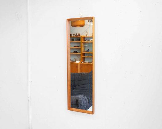 北欧デンマーク製、ヴィンテージウォールミラー。 チーク材を使った、すっきりとシンプルなデザインです。 大きすぎることもない、小さすぎることもない、使い易いサイズ感なので場所を選ばずお使いいただけます。 壁に掛ける高さを調節すれば全身もバッチリ映ります。 玄関に掛けてお出かけ前の身だしなみチェック用に、ぜひいかがですか♪ 経年による細かなキズやスレのみで、大きなダメージはございません。 シンプルな真四角のミラーですが、チーク材が空間にさりげなくあたたかみをプラスしてくれます。 主張しすぎることのない、程よい存在感がちょうど良い… ~【東京都杉並区阿佐ヶ谷北アンティークショップ 古一】 古一/ふるいちでは出張無料買取も行っております。杉並区周辺はもちろん、世田谷区・目黒区・武蔵野市・新宿区等の東京近郊のお見積もりも!ビンテージ家具・インテリア雑貨・ランプ・USED品・ リサイクルなら古一/フルイチへ~