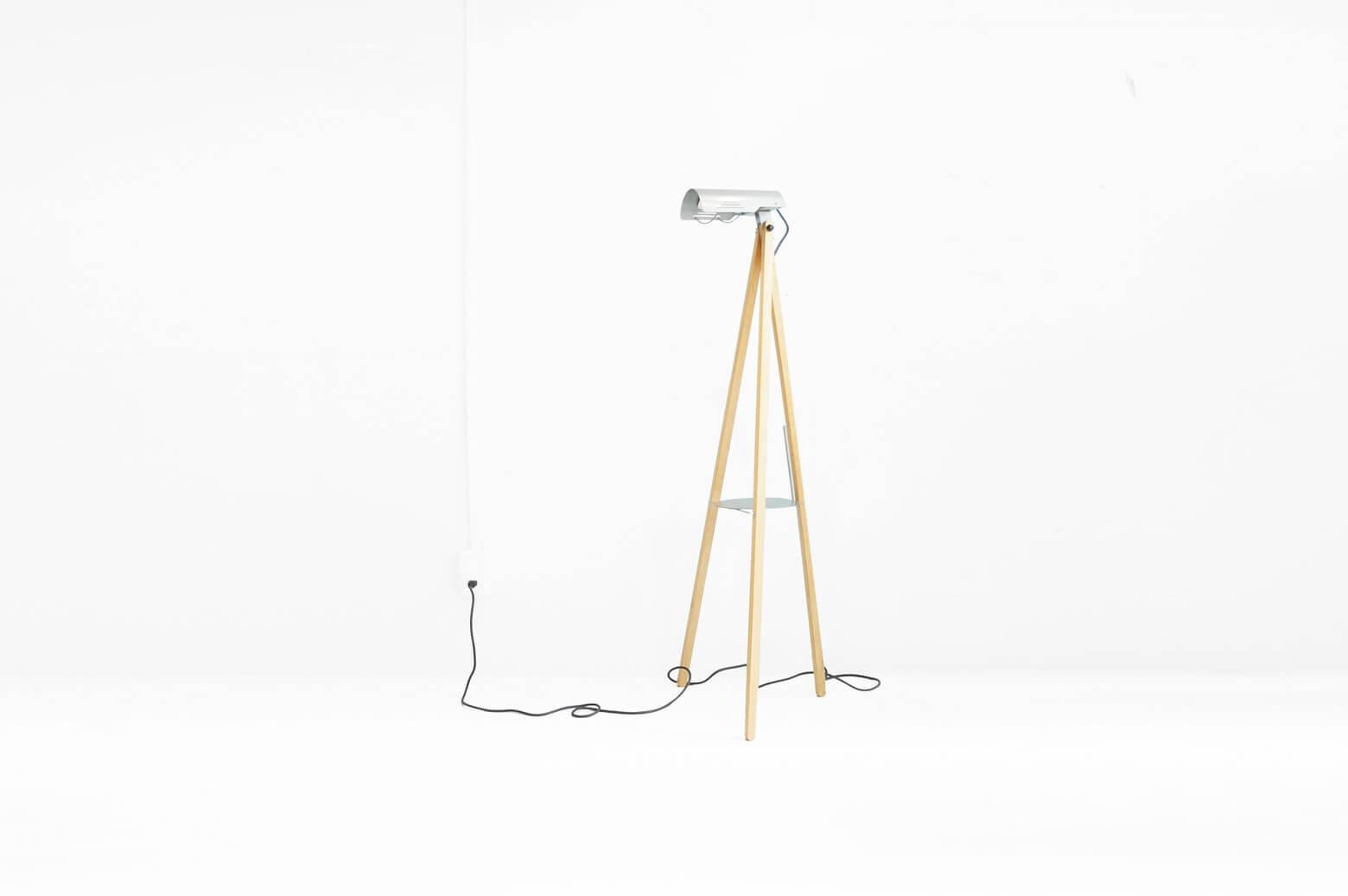 キャリーケースや折りたたみ傘などの雑貨が人気の北欧スウェーデンのブランド、イノベーター。 実は『スタンスチェア』という一脚の椅子からブランドの歴史が始まっており、家具や照明なども販売するインテリアデザインブランドとしてライフスタイルを提案しています。 こちらはカメラの三脚のようなユニークな三本脚のスタンドライト、trilite/トライライト。 ナチュラルなカラーの木の三脚とクールな印象のスチールという異素材を組み合わせたスタイリッシュな佇まいのスタンドライトです。 三脚はなんと折りたたみができるので、使わないときはたたんで収納しておくことができます。 また、シェードは上下に角度を調節することができるので便利ですね。 細かなスレやキズがございます。 プラスチックのシート状のシェードのパーツが欠品していますが、問題なくお使いいただけると思います。 折りたたみができるスタンドライトって、なかなかないですよね。 さらに、三脚の中心部分には物を置けるようなスペースもあるので、スタンドライト兼簡易的なサイドテーブルのようにもお使いいただけるんです。 狭いお部屋でも無駄なくスペースを使うことができますよ♪ ~【東京都杉並区阿佐ヶ谷北アンティークショップ 古一】 古一/ふるいちでは出張無料買取も行っております。杉並区周辺はもちろん、世田谷区・目黒区・武蔵野市・新宿区等の東京近郊のお見積もりも!ビンテージ家具・インテリア雑貨・ランプ・USED品・ リサイクルなら古一/フルイチへ~