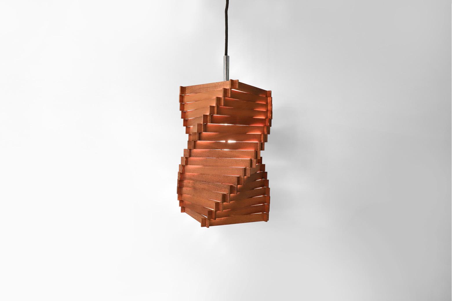 ぐにゃりとねじられたようなユニークなフォルムのペンダントライト。 螺旋状に木の板が積み重ねられており、その隙間から光がこぼれる様が幻想的でもあります。 インパクトが強いデザインですが、あたたかみが感じられるカラーの木材を使っているので、 和モダンなお部屋にも、北欧系のナチュラルテイストなお部屋にも、どんなお部屋にも合わせやすいです。 あたたかくて優しい光が欲しい場所にぜひいかがでしょうか♪ 細かなスレなどございますが、大きなダメージはなく、状態は比較的良好です。 この照明は内側から見ても螺旋に吸い込まれそうになるようなとても面白い作りになっています。 様々な角度から目で見て楽しい、ペンダントライトです。 ~【東京都杉並区阿佐ヶ谷北アンティークショップ 古一】 古一/ふるいちでは出張無料買取も行っております。杉並区周辺はもちろん、世田谷区・目黒区・武蔵野市・新宿区等の東京近郊のお見積もりも!ビンテージ家具・インテリア雑貨・ランプ・USED品・ リサイクルなら古一/フルイチへ~