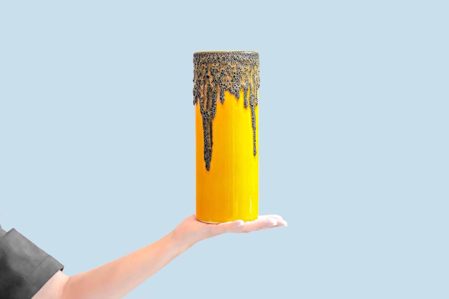 """1950〜70年代、西ドイツで作られていた""""Fat Lava/ファット ラヴァ""""の技法を使った陶器。 fat=脂肪、lava=溶岩、というその名の通り火山から流れ出る溶岩のように分厚くべっとりとかけられた釉薬が特徴です。 こちらのRiffarth Keramik製の花瓶は、マスタードイエローのベースの上からドロドロと黒い溶岩が流れているようなデザイン。 パッと目を引くようなインパクトがあり、原色系のお花やグリーンがより一層映えそうですね。 もちろんお花を生けずにそのまま飾っても◎ 底に欠けがございますが、製造時からのものと思われます。 その他、細かなキズやスレがございますが、比較的綺麗な状態です。 実はFat Lavaはヨーロッパではコレクターがいるほど人気のアイテム。 どれも奇抜な形や色彩、柄のものがほとんどで、かなりインパクトがありますが、意外にも北欧家具や和家具との相性もバッチリ。 お部屋にアクセントが欲しいスペースにはぜひFat Lavaの花瓶を置いてみてはいかがでしょうか♪ ~【東京都杉並区阿佐ヶ谷北アンティークショップ 古一】 古一/ふるいちでは出張無料買取も行っております。杉並区周辺はもちろん、世田谷区・目黒区・武蔵野市・新宿区等の東京近郊のお見積もりも!ビンテージ家具・インテリア雑貨・ランプ・USED品・ リサイクルなら古一/フルイチへ~"""