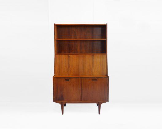 高級木材ローズウッドを使用した、背の高いライティングビューロ。 北欧デンマーク、H.P.Hansen Møbelindustri社製、1960年代のものです。 特徴的で美しい木目を持つローズウッドを全面に使用した、とても贅沢な作りです。 上部はオープンシェルフ、下部は引き出しと扉付の収納、中間部の扉を開けると中には小さな引き出しが隠れています。 大小様々なものを整理することができ、また、収納力も抜群です。 中間部の扉を閉めるととてもすっきりとした印象に。 シンプルなデザインながらも、やはりローズウッド特有の存在感がエレガントな雰囲気を演出してくれます。 書斎や自室に、リビングに…お部屋の主役インテリアにぜひいかがでしょうか♪ ヴィンテージ品のため、経年や使用に伴う細かな擦れや傷がございます。 下部の左側の引き出しの角が削れています。 その他、大きなダメージはなく、まだまだ永くお使いいただけます。 鍵が一つ付属します。 棚板はそれぞれ高さを調節できるので、高さのある本もたくさん収納できます。 また、中間部の扉を閉めることによって、中にパンパン収納していても隠せる!というのがうれしいですね。 落ち着いた色味と独特な木目から生まれる、ローズウッドの高級感をぜひ味わっていただきたいです。 ~【東京都杉並区阿佐ヶ谷北アンティークショップ 古一】 古一/ふるいちでは出張無料買取も行っております。杉並区周辺はもちろん、世田谷区・目黒区・武蔵野市・新宿区等の東京近郊のお見積もりも!ビンテージ家具・インテリア雑貨・ランプ・USED品・ リサイクルなら古一/フルイチへ~