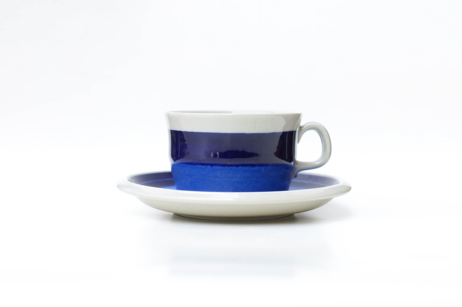 北欧スウェーデンのブランド「ロールストランド」、ミラマーレシリーズのコーヒーカップ&ソーサーです。デザイナーはマリアンヌ・ウエストマンで、同じフォルムのAnnika/アニカやElisabeth/エリザベスに比べて生産数が少なく、希少なシリーズです。「Mira Mare」とは、イタリア北東部、スロベニア国境に近い町・トリエステに建てられた、19世紀の城の名前。グレーがかった素地で城を、2色のブルーでアドリア海を表現していて、湾岸に建てられて海に浮かぶように見える城を抽象化したデザイン。 濃いブルーは深みが、薄いブルーは鮮やかさがあって、明るく開放的なイタリアの海に北欧の人々があこがれる気持ちを表現したかのようです。 北欧好きの方やシンプルで飽きのこないデザインがお好きな方、ぜひいかがでしょうか♪~【東京都杉並区阿佐ヶ谷北アンティークショップ 古一/ZACK高円寺店】 古一/ふるいちでは出張無料買取も行っております。杉並区周辺はもちろん、世田谷区・目黒区・武蔵野市・新宿区等の東京近郊のお見積もりも!ビンテージ家具・インテリア雑貨・ランプ・USED品・ リサイクルなら古一/フルイチへ~