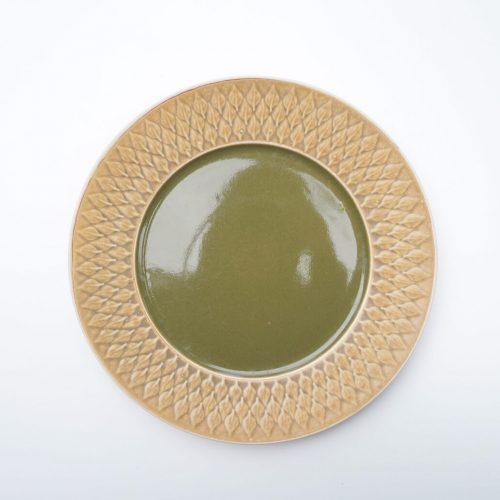 """デンマーク出身のデザイナー、イェンス・H・クイストゴーの代表作、""""Relief/レリーフ""""とても人気があったため、デンマークの陶器メーカー3社を渡り歩きながらも生産が続けられたロングセラーシリーズです。こちらはそのなかでも最初に製造されたクロニーデン社製す。マットな質感と凹凸のある葉っぱの模様が特徴のレリーフ。落ち着きのある雰囲気で、どこか和の要素も感じられます。それもそのはず、クイストゴーは日本の焼き物から影響を受けたと言われています。ひとつひとつ釉薬のかかり方が違い、どれをとっても全く同じものはありません。独特な焼きムラや色ムラなんかもこのクイストゴーの作品ではひとつの""""味""""です。また、レリーフをはじめとするクイストゴーのロングセラーシリーズは、作られた窯や時期によっても味わいが若干異なります。主観ではありますが、クロニーデン社の初期のものは質感がよりマットに感じます。こちらは真ん中の艶のあるグリーンカラーがより一層目を惹くディナープレート。グリーンとイエローでなんだか春にぴったりのカラーリングです。25cmのプレートは主菜やパスタに丁度良いサイズ。春キャベツや菜の花、タケノコなど…春野菜を使ったお料理をぜひ盛り付けていただきたいです。~【東京都杉並区阿佐ヶ谷北アンティークショップ 古一】 古一/ふるいちでは出張無料買取も行っております。杉並区周辺はもちろん、世田谷区・目黒区・武蔵野市・新宿区等の東京近郊のお見積もりも!ビンテージ家具・インテリア雑貨・ランプ・USED品・ リサイクルなら古一/フルイチへ~"""