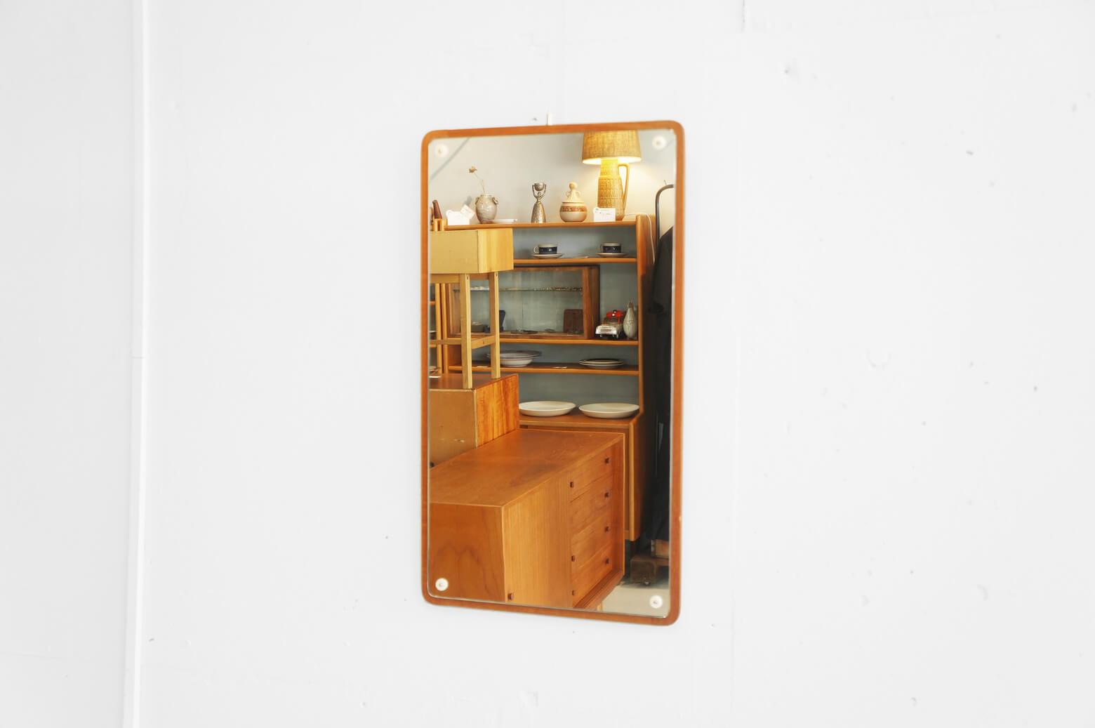 北欧デンマーク製のヴィンテージウォールミラー。 チーク材をフレームに使用し、やわらかく、あたたかい印象に。 鏡の四隅にはお花のようなモチーフのプラスチック製ネジ留めが付いており、ちょっぴりかわいらしさもプラスされています。 小さめのチェストと合わせてドレッサーのように、玄関のちょっとスペースが空いた壁に掛けてお出かけ前のチェックに♪ フレーム左上の角にピンで開いたような小さな穴が三カ所ございます。 その他、経年や使用に伴う細かな傷や擦れがございますが、大きなダメージはございません。 かわいらしいネジ留めが付いたミラーは北欧製ミラーの中でもちょっと珍しいアイテムです。 北欧好きの方はもちろん、ナチュラルテイストやレトロな雰囲気がお好きな方にもオススメです! ~【東京都杉並区阿佐ヶ谷北アンティークショップ 古一】 古一/ふるいちでは出張無料買取も行っております。杉並区周辺はもちろん、世田谷区・目黒区・武蔵野市・新宿区等の東京近郊のお見積もりも!ビンテージ家具・インテリア雑貨・ランプ・USED品・ リサイクルなら古一/フルイチへ~