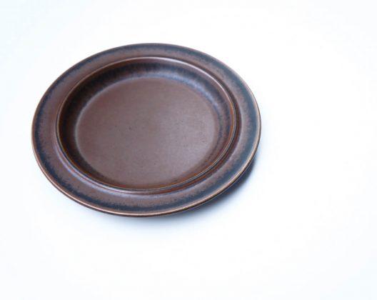 ARABIA/アラビアヴィンテージの代表格、そのひとつがRuska/ルスカです。 1961〜1999年まで、約40年という長い間製造されていたロングセラーシリーズで、プレート、カップ&ソーサー、ボウル、ポットなどの食器をはじめ、プランターや灰皿まで…様々な種類が作られました。 廃盤となってしまった今でも現存する数が多く、ヴィンテージ食器の中でも手に入れやすいというのも人気の理由です。 使用に伴うカトラリー跡が少しありますが、比較的状態は良好です。 20cmサイズのプレートは和にも洋にも合わせやすく、とても使い勝手が良いです♪ こちらのプレートはブラウンの濃淡のバランスが良いので、ルスカ初心者の方にもオススメですよ! ~【東京都杉並区阿佐ヶ谷北アンティークショップ 古一】 古一/ふるいちでは出張無料買取も行っております。杉並区周辺はもちろん、世田谷区・目黒区・武蔵野市・新宿区等の東京近郊のお見積もりも!ビンテージ家具・インテリア雑貨・ランプ・USED品・ リサイクルなら古一/フルイチへ~