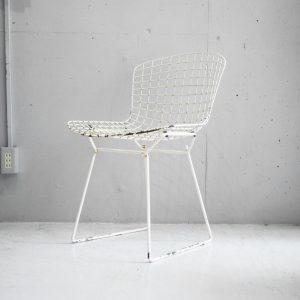 """ワイヤーのみで構成されたアート作品とも称されるサイドチェア、通称『ベルトイアサイドチェア』。 彫刻家のハリー・ベルトイアが1952年に発表しました。 長さの異なるワイヤーを曲面に合わせて一つ一つ形を変えて配列し、作り上げられています。 人間工学に基づいて設計されているため、見た目からは想像できないような座り心地を実現しています。 こちらは希少なKnoll社製のヴィンテージとなります。 芸術作品のような美しいチェアを座って、手で触れて、目で見て、お楽しみください。 ヴィンテージ品のため、経年や使用に伴う錆びや塗装の剥がれ、変色、キズやスレなどがございます。 使用には問題なく、現行品とは違うヴィンテージならではの風合いを味わっていただけます。 金属彫刻家として多くの作品を残したハリー・ベルトイアは実は""""音響彫刻家""""としても知られています。 自身が作製した金属彫刻を使い音楽を奏でるもので、音源も残しています。 彫刻家、デザイナー、画家、音楽家…様々な顔持つ鬼才、ハリー・ベルトイア。 こんなふうにデザイナーの歴史を知ることでより一層家具を楽しめますね♪ ~【東京都杉並区阿佐ヶ谷北アンティークショップ 古一】 古一/ふるいちでは出張無料買取も行っております。杉並区周辺はもちろん、世田谷区・目黒区・武蔵野市・新宿区等の東京近郊のお見積もりも!ビンテージ家具・インテリア雑貨・ランプ・USED品・ リサイクルなら古一/フルイチへ~"""