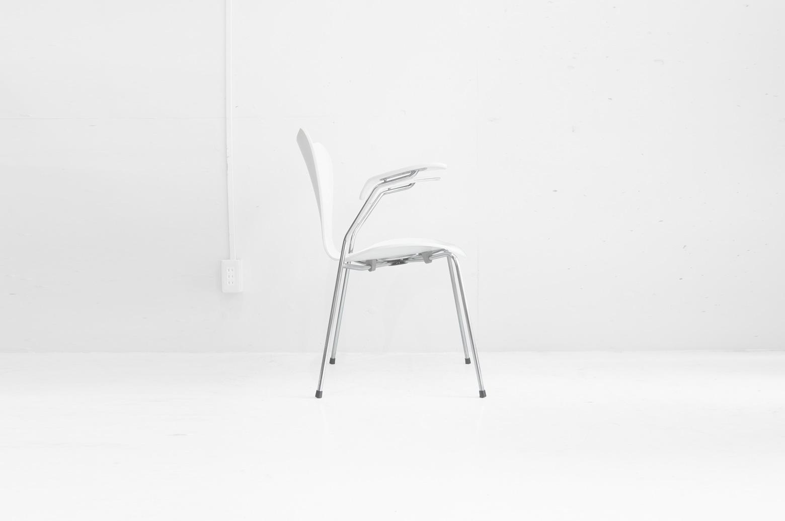 """言わずと知れた、アルネ・ヤコブセンデザインの名作チェア『セブンチェア』。 1955年にアントチェアの後継として発表されました。 成型合板を使った三次元一体成型のチェアは世界で初めてのものでした。 独特の""""しなり""""と広い座面と背もたれが座り心地の良さを生み出します。 こちらはアーム付タイプのセブンチェアです。 すらっと伸びたアーム部分のフォルムも美しく、また、アームがあることによってより一層ゆったりと腰かけることが出来ます。 全体的に傷や擦れ、黄ばみ、錆び、塗装のヒビや剥がれがございます。 古い物のため、上記のようなダメージがみられますが、使用には問題ございません。 セブンチェアの良さのひとつは素材やカラー、形のバリエーションが豊富なところ。 通常のセブンチェアはダイニングで、アーム付は書斎やオフィスで、シチュエーションによって使い分けられます。 北欧好きならずとも、家具好きならばセブンチェアは一家に一脚あってもいいかも… ~【東京都杉並区阿佐ヶ谷北アンティークショップ 古一】 古一/ふるいちでは出張無料買取も行っております。杉並区周辺はもちろん、世田谷区・目黒区・武蔵野市・新宿区等の東京近郊のお見積もりも!ビンテージ家具・インテリア雑貨・ランプ・USED品・ リサイクルなら古一/フルイチへ~"""