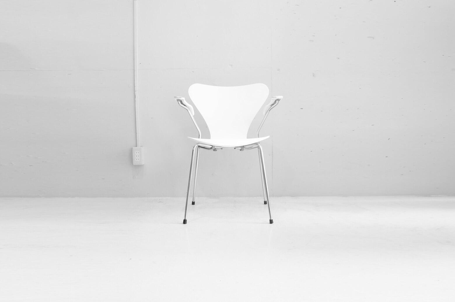 """1955年、アルネ・ヤコブセンが発表した名作チェア『セブンチェア』。 世界で初めて背もたれと座面の三次元一体成型をプライウッドを使うことにより実現した『アントチェア』の後継として作られました。 こちらはセブンチェアのなかでも意外と知られていないアーム付チェア。 後ろ脚からすっと伸びたアームが描く曲線が実に優美。 アームがあることでさらにゆったり座ることができるので、オフィスや書斎に特におすすめの一脚です。 全体的に傷や擦れ、黄ばみ、錆び、塗装のヒビや剥がれがございます。 古い物のため、上記のようなダメージがみられますが、使用には問題ございません。 成形合板独特の""""しなり""""が座り心地の良さを生む、セブンチェア。 オフィスやカフェなど様々な場所で使われているのを良く見かけますよね。 座り心地の他にも、木材やカラーのバリエーションの豊富さ、スタッキングができる便利さなど… セブンチェアには選ばれる理由がたくさんあります。 ~【東京都杉並区阿佐ヶ谷北アンティークショップ 古一】 古一/ふるいちでは出張無料買取も行っております。杉並区周辺はもちろん、世田谷区・目黒区・武蔵野市・新宿区等の東京近郊のお見積もりも!ビンテージ家具・インテリア雑貨・ランプ・USED品・ リサイクルなら古一/フルイチへ~"""