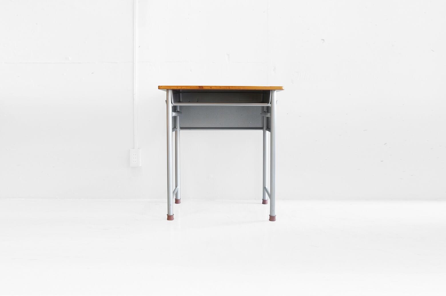 パネルに囲まれた、見慣れないデザインの学校机。 実はコクヨ製の「地震対策生徒用デスク」なんです。 授業中に地震が発生した際、机の下に潜り込んで生徒が自分自身で身を守れるような工夫がなされています。 フレームの内側には強い揺れによって身体が机の外に投げ出されたり、机が壊れないよう、机をしっかり握ってささえられる「つかまり棒」が付いています。 また、落下物や飛散物から顔や手を守り、パンチングされていることによって周囲の様子が確認できる「保護パネル」が付いています。 さらに、通常よりも太いパイプをフレームに使用することによって従来の製品よりも約2倍の耐荷重を実現しています。 ご家庭でも地震対策のひとつとしてぜひ取り入れてみてはいかがでしょうか? 天板に傷や擦れ、フレームに錆びや汚れがございますが、大きなダメージはございません。 日本に住む私たちは常に地震と隣り合わせ… 近年では学校の耐震補強工事や倉庫備蓄の整備などの地震対策が行われています。 その対策のひとつとしてこちらようなデスクも導入されています。 もしもの時に備えて、ご家庭でも普段からできる対策をしていきたいですね。 ~【東京都杉並区阿佐ヶ谷北アンティークショップ 古一】 古一/ふるいちでは出張無料買取も行っております。杉並区周辺はもちろん、世田谷区・目黒区・武蔵野市・新宿区等の東京近郊のお見積もりも!ビンテージ家具・インテリア雑貨・ランプ・USED品・ リサイクルなら古一/フルイチへ~