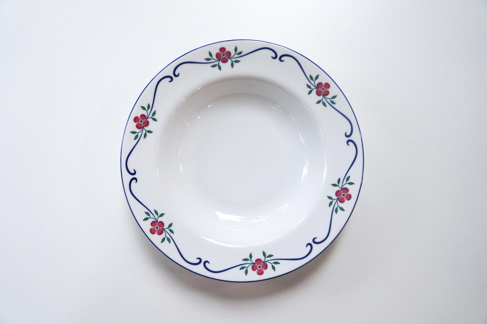 """1726年、スウェーデン皇室御用達釜として創業した陶器メーカー、Rorstrand/ロールストランド。 Sundborn/スンドボーンシリーズは女性デザイナーのPia Ronndahl/ピア・ロンダールが手がけました。 白地に赤いお花、緑色の葉っぱ、青色のラインがパッと映える、可憐でロマンティック、そしてクラシカルな雰囲気のシリーズです。 普段使いにはもちろん、おもてなしの時にもぜひお使いください。 ほとんど使用感のない、比較的良好なコンディションです。 Pia Ronndahl/ピア・ロンダールはお花を愛してやまない女性デザイナー。 お花モチーフの作品は彼女の代名詞にもなっており、""""彼女が筆を持つとお皿の上を躍動する""""と言われているんです♪ ~【東京都杉並区阿佐ヶ谷北アンティークショップ 古一】 古一/ふるいちでは出張無料買取も行っております。杉並区周辺はもちろん、世田谷区・目黒区・武蔵野市・新宿区等の東京近郊のお見積もりも!ビンテージ家具・インテリア雑貨・ランプ・USED品・ リサイクルなら古一/フルイチへ~"""