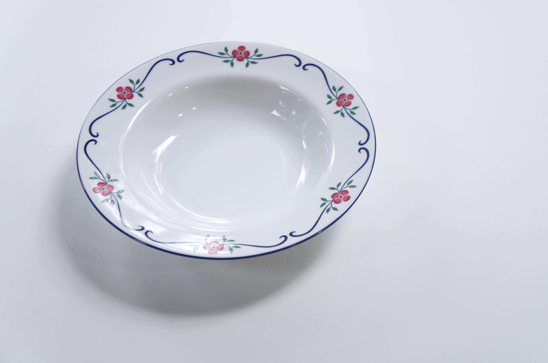スウェーデンを代表する陶器メーカー、Rorstrand/ロールストランド。 女生デザイナーのPia Ronndahl/ピア・ロンダールが手がけたSundborn/スンドボーンシリーズは可愛らしいお花が踊っているようなロマンティックな絵柄のシリーズです。 こちらの深皿にはパスタやサラダ、煮込み料理などにどうぞ… ほとんど使用感のない、比較的良好なコンディションです。 Sundborn/スンドボーンとは、スウェーデンにある小さな町の名前です。 スウェーデンの国民的画家、カール・ラーションが暮らしたことでも知られている町です。 このお皿の絵柄のような可愛らしいお花が咲く、素敵な町なんでしょうね♪ ~【東京都杉並区阿佐ヶ谷北アンティークショップ 古一】 古一/ふるいちでは出張無料買取も行っております。杉並区周辺はもちろん、世田谷区・目黒区・武蔵野市・新宿区等の東京近郊のお見積もりも!ビンテージ家具・インテリア雑貨・ランプ・USED品・ リサイクルなら古一/フルイチへ~