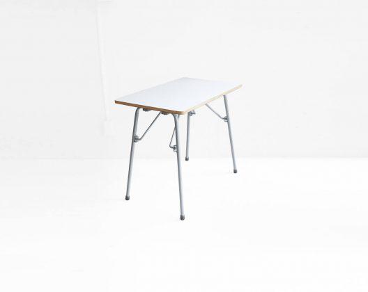 MUJI Folding table / 無印良品 折りたたみテーブル 廃盤 北欧ヴィンテージの折りたたみテーブルにも通ずる金具のギミックなど廃盤にしてしまうのは、もったないと思ってしまうほどシンプルかつ機能的なフォールディングテーブル。表面的な使用感や天板一箇所に欠けがございますが使用には問題なく、しっかりとした作りぐらつきもありません。足先には、滑りづらいゴムキャップを履かせています。インダストリアルな印象が強いアイアンレッグですがメラミン天板のホワイトとレッグのグレーカラーがモダンインテリアや北欧スタイルのお部屋にも相性の良いテーブルです。artek/アルテックのスツールなどに合わせて使いたいそんな折りたたみテーブルです。~【東京都杉並区阿佐ヶ谷北アンティークショップ 古一】 古一/ふるいちでは出張無料買取も行っております。杉並区周辺はもちろん、世田谷区・目黒区・武蔵野市・新宿区等の東京近郊のお見積もりも!ビンテージ家具・インテリア雑貨・ランプ・USED品・ リサイクルなら古一/フルイチへ~