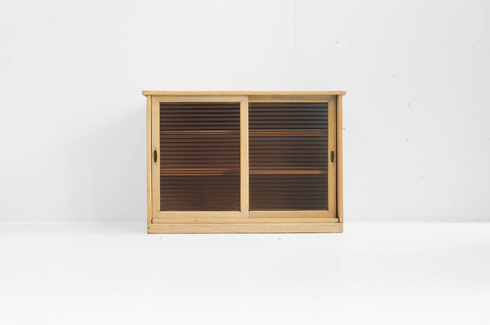 """自然な木の風合いが楽しめる、ガラスの戸棚。 モールガラスと呼ばれるストライプ柄のガラスを使用しており、より一層レトロな雰囲気を醸し出しています。 昭和レトロやノスタルジックな印象は残しつつも、こんなふうにナチュラルカラーに生まれ変わることによって、 フレンチシャビースタイルやナチュラルテイストのインテリアともグッと合わせやすくなります。 文庫本やCDの収納に、アクセサリーや香水瓶などの小物の収納に…。 中に収納したものがガラス越しに透けて見えるのもなんだか雰囲気があっていいですよ♪ 自然な木の色合いが感じられるよう、サンディングと剥離加工を施しております。 ガラスに細かな擦れ、戸棚の中に傷や汚れがございます。 棚板は取り外しができます。 昔おばあちゃんの家の茶の間にあったようなガラスの戸棚。 そんな懐かしい気分にさせてくれるレトロな家具も丁寧に加工することによって、現代でも使いやすい家具に生まれ変わります。 そしてまた使い込むほどに""""新しい味""""が生まれるのです… ~【東京都杉並区阿佐ヶ谷北アンティークショップ 古一】 古一/ふるいちでは出張無料買取も行っております。杉並区周辺はもちろん、世田谷区・目黒区・武蔵野市・新宿区等の東京近郊のお見積もりも!ビンテージ家具・インテリア雑貨・ランプ・USED品・ リサイクルなら古一/フルイチへ~"""