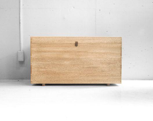 シンプルな作りで、木のぬくもりが存分に感じられるウッドボックス。 両サイドについている、ちょっと錆びた取っ手もヴィンテージ感を増す良いアクセントになっています。 衣類の収納にぴったりな大容量サイズです。 また、収納だけでなくサイドテーブルやお気に入りの小物を飾るサイドボードのような使い方もできます。 とても味わい深い木の風合いが楽しめるボックスなので、クローゼットの中にしまって使うのではなく、ぜひ収納兼インテリアとしてお使いください♪ 自然な木の風合いが出るよう、丁寧にサンディングを施しました。 天板、本体底に亀裂がありますので、重い物を乗せての使用はできません。 シンプルに木のやさしいあたたかみが感じられるインテリアはヴィンテージ家具やシャビースタイル、インダストリアルスタイルなど… 様々なスタイルに合わせてお使いいただけます♪ ~【東京都杉並区阿佐ヶ谷北アンティークショップ 古一】 古一/ふるいちでは出張無料買取も行っております。杉並区周辺はもちろん、世田谷区・目黒区・武蔵野市・新宿区等の東京近郊のお見積もりも!ビンテージ家具・インテリア雑貨・ランプ・USED品・ リサイクルなら古一/フルイチへ~