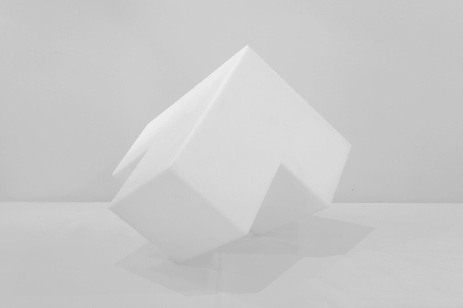 立方体が4つ繋がってできたような、ブロック型のランプ。 インパクトのあるデザインで、お部屋の中でも一際目立つ存在になりそう。 そのまま間接照明として飾るのはもちろんですが、ブロックの面に小物をディスプレイして使うのもオススメです。 ライトを点けていない時でもインテリアとしての存在感はバッチリです。 お店のディスプレイにもぜひ! 傷、擦れがございます。 照明の動作に問題はございません。 ただ空間を明るくするだけの照明ではなく、まるで光のオブジェのようなインテリアにもなるデザイン性の高い照明でお部屋をコーディネートしてみてはいかがですか♪ ~【東京都杉並区阿佐ヶ谷北アンティークショップ 古一】 古一/ふるいちでは出張無料買取も行っております。杉並区周辺はもちろん、世田谷区・目黒区・武蔵野市・新宿区等の東京近郊のお見積もりも!ビンテージ家具・インテリア雑貨・ランプ・USED品・ リサイクルなら古一/フルイチへ~