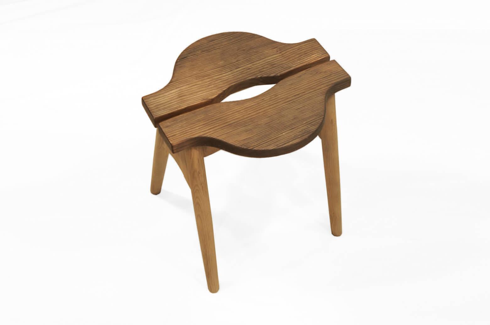 """杉材と栗材を組み合わせ、それぞれの木材のコントラストが楽しめるスツール。 丸みを帯びた脚や座面の独特な造形など、どこか北欧のヴィンテージスツールに似た趣きがあります。 杉材には""""焼杉""""という日本の伝統的な技法を使い、敢えて炭化させることによって耐久性を高めています。 さらに、硬い木目のみを炭化させて浮きだたせる""""浮き造り""""を施すことによって素のままの木材よりもより一層味わい深くなります。 素朴だけれど木の温もりをじんわりと感じられるスツールです。 丁寧にサンディングをし、表面の汚れを落としました。 座面に細かな傷がございます。 チーク材、オーク材、バーチ材、木材の種類は数あれど… 日本人が古くから親しみのある杉と栗。 やっぱり私たちの生活にしっくりと馴染んでくれますよね。 丁寧に作り上げられた一脚、おすすめです。 ~【東京都杉並区阿佐ヶ谷北アンティークショップ 古一】 古一/ふるいちでは出張無料買取も行っております。杉並区周辺はもちろん、世田谷区・目黒区・武蔵野市・新宿区等の東京近郊のお見積もりも!ビンテージ家具・インテリア雑貨・ランプ・USED品・ リサイクルなら古一/フルイチへ~"""