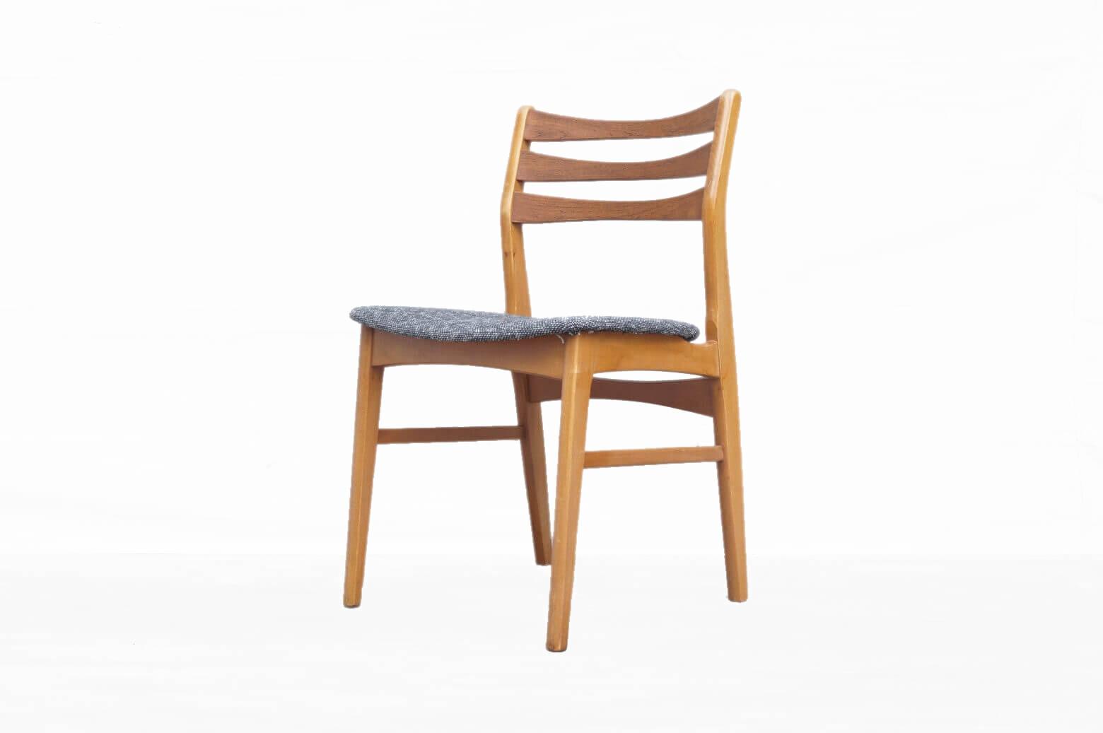 デンマークの家具メーカーのダイニングチェア。 背もたれには適度な角度があり、もたれかかった時に心地よいホールド感を感じられ 座面は幅が広くゆったりとご使用いただけるチェアです。 1960年代のものかと思われ、細かな傷や擦れなどございますが、大きなダメージなどはございません。座面には厚みのあるシンプルなマーブル柄に張り替えましたので北欧モダン、和スタイルにも相性の良くご使用頂けるかと思います。是非この機会にいかがでしょうか。【東京都杉並区阿佐ヶ谷北アンティークショップ 古一】 古一/ふるいちでは出張無料買取も行っております。杉並区周辺はもちろん、世田谷区・目黒区・武蔵野市・新宿区等の東京近郊のお見積もりも!ビンテージ家具・インテリア雑貨・ランプ・USED品・ リサイクルなら古一/フルイチへ~