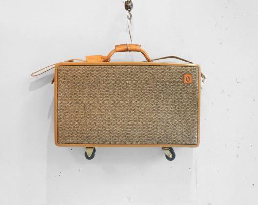 1877年創立のアメリカを代表するバッグブランド、hartmann/ハートマン。 その中でもスタンダードシリーズとなっているのが、ベルティングレザーと呼ばれるレザーとツイード生地を組み合わせた、ツイードベルティングシリーズです。 ベルディングレザーはハートマンが1939年に工業用途のフライホイールベルトをヒントに開発しました。 タンニンでなめした革は使い込むほどに手に馴染み、深い飴色に変色します。 頑丈なだけでなく、エイジングが楽しめるのも魅力です。 内側には味のあるペイズリー柄の生地が使われています。 トラベルバッグとしてはもちろん、お部屋のインテリアにもぜひいかがでしょうか♪ レザー部分にヒビがございます。 経年により変色していますが、ヴィンテージならではの風合いが感じられます。 ネームタグに前オーナーの方の名前が刻印されています。 キャスターの動作に問題はございません。 雰囲気のあるヴィンテージトランクはアンティークなお部屋作りのインテリアとしてもおすすめです。 ~【東京都杉並区阿佐ヶ谷北アンティークショップ 古一】 古一/ふるいちでは出張無料買取も行っております。杉並区周辺はもちろん、世田谷区・目黒区・武蔵野市・新宿区等の東京近郊のお見積もりも!ビンテージ家具・インテリア雑貨・ランプ・USED品・ リサイクルなら古一/フルイチへ~