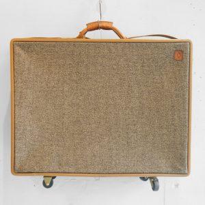 1877年創立のアメリカを代表するバッグブランド、hartmann/ハートマン。 その中でもスタンダードシリーズとなっているのが、ベルティングレザーと呼ばれるレザーとツイード生地を組み合わせた、ツイードベルティングシリーズです。 ベルディングレザーはハートマンが1939年に工業用途のフライホイールベルトをヒントに開発しました。 タンニンでなめした革は使い込むほどに手に馴染み、深い飴色に変色します。 頑丈なだけでなく、エイジングが楽しめるのも魅力です。 ヴィンテージでしか出会えない、味のあるトラディショナルなトランク型のトラベルバッグ。 このバッグを使えば、より一層旅行中の気分が上がること間違いなしですね! レザー部分にヒビがございます。 経年により変色していますが、ヴィンテージならではの風合いが感じられます。 ネームタグに前オーナーの方の名前が刻印されています。 キャスターの動作に問題はございません。 中身の渋いペイズリー柄の生地にも注目! こんなにおしゃれなトランクはそうそうないのではないでしょうか。 お部屋やお店のディスプレイにもなりそうです♪ ~【東京都杉並区阿佐ヶ谷北アンティークショップ 古一】 古一/ふるいちでは出張無料買取も行っております。杉並区周辺はもちろん、世田谷区・目黒区・武蔵野市・新宿区等の東京近郊のお見積もりも!ビンテージ家具・インテリア雑貨・ランプ・USED品・ リサイクルなら古一/フルイチへ~