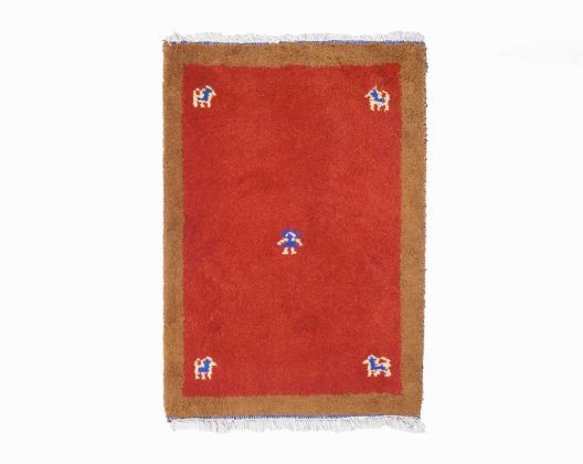イランの遊牧民族、カシュガイ族の女性たちの手によって織られたペルシャ絨毯の一種「ギャッベ」。 上質な羊毛を草木染で染め上げ、丁寧に丁寧に織り上げられています。 分厚く毛足が長い、そしてもふもふとしたやさしい手触りですが、実は季節を問わず一年中快適に使えるのが特徴です。 冬にはふんわりと暖かく、夏にはさらっとそして意外にもひんやりと感触が味わえます。 また、何と言っても鹿やヤギなどの動物モチーフや色使いがとても可愛らしいのがギャッベの魅力のひとつ。 実はデザイン図などは無く、全て織り子さんの感性で織られているというのは驚きです。 自然由来の染料は環境にも人の身体にも優しく、油分を含む上質なウールは汚れがつきにくくお手入れも簡単。 永く使い続けられる丈夫でかわいらしい絨毯ギャッベは、小さなお子さんがいらっしゃるご家庭にもおすすめです。 多少の使用感はあるものの、痛みなど大きなダメージはなく、まだまだ永くお使いいただけます。 ギャッベの色やモチーフには実はそれぞれ意味があります。 赤は太陽の色、青はオアシス・水の色、黄色は遊牧民の故郷・砂漠の色、緑は草原の恵みの色。 生命の木は命をモチーフに、鹿は豊かな家庭、人は子孫繁栄を。 このように様々な願いを込めて織り上げられたギャッベは「幸せを呼ぶ魔法の絨毯」なんて言われたりするんですよ♪ ~【東京都杉並区阿佐ヶ谷北アンティークショップ 古一】 古一/ふるいちでは出張無料買取も行っております。杉並区周辺はもちろん、世田谷区・目黒区・武蔵野市・新宿区等の東京近郊のお見積もりも!ビンテージ家具・インテリア雑貨・ランプ・USED品・ リサイクルなら古一/フルイチへ~