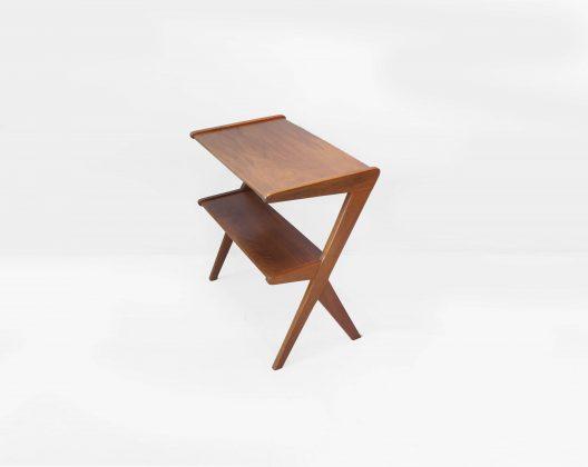 チーク材を使った、イギリスヴィンテージのサイドテーブル。 天板と棚板を繋ぐ脚の造形がとっても特徴的でミッドセンチュリーらしいデザインです。 一見カクカクとしたフレームと思いがちですが、丁寧に削り出され角の取れたあたたかみのあるチーク材が、やわらかい印象に仕上げています。 まるで脚が踊っているような、デザインに動きが感じられる軽やかなサイドテーブルです。 また、狭い空間でも使いやすい小ぶりなサイズ感なので様々なシチュエーションに合わせてお使いいただけます。 北欧ヴィンテージ、USミッドセンチュリーとも相性GOODです。 経年や使用に伴う、細かな傷や擦れがございますが、大きなダメージはございません。 北欧モダンデザインに寄り添いながらも、独特なアクセントを効かせたデザインが特徴のイギリスヴィンテージ。 目で見ても楽しく、置いてあるだけでお部屋のポイントになること間違いなしのアイテムです。 天板の下に棚板が付いているのもとっても便利ですよ♪ ~【東京都杉並区阿佐ヶ谷北アンティークショップ 古一】 古一/ふるいちでは出張無料買取も行っております。杉並区周辺はもちろん、世田谷区・目黒区・武蔵野市・新宿区等の東京近郊のお見積もりも!ビンテージ家具・インテリア雑貨・ランプ・USED品・ リサイクルなら古一/フルイチへ~