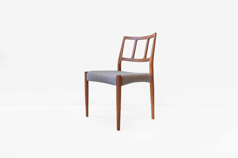 """1960年代にJohannes Andersen/ヨハネス・アンダーセンがデザインした、Uldum Mobelfabrik社製ダイニングチェア。 ヨハネス・アンダーセンはハンス・J・ウェグナーやフィン・ユール、カイ・クリスチャンセンと並ぶ、北欧デンマークを代表するデザイナーです。 美しい曲線を持つ特徴的なデザインが多く、それはしばしば""""有機的なデザイン""""であるとも言われています。 こちらのダイニングチェアにもその特徴が表れています。 優しくなだらかにカーブしながら、絶妙な角度で構える背もたれは腰掛けた時に背中をしっかりとホールドしてくれます。 正面から見ると背もたれのフレームはフラットに整えられているのですが、実は後ろ側から見ると丸みを持つ形になっています。 前後、左右、どの角度から見ても違った印象を与えてくれるような、とてもディテールにこだわった一脚です。 古いオイルを洗い落とし、新しいオイルを塗り直しています。 後ろ脚と座面と留める部分に穴が貫通してしまっていたため、同じチーク材を埋めてリペアいたしました。 その他、ヴィンテージ品のため、経年や使用に伴う細かな傷や擦れがございますが、使用に問題はございません。 座面のファブリックと中のウレタンは新しいものに張り替えてあります。 チーク材のあたたかみをさらに引き出してくれるナチュラルな雰囲気のグレーのファブリックは他の家具やインテリアとも合わせやすく、飽きの来ないカラーです。 ~【東京都杉並区阿佐ヶ谷北アンティークショップ 古一】 古一/ふるいちでは出張無料買取も行っております。杉並区周辺はもちろん、世田谷区・目黒区・武蔵野市・新宿区等の東京近郊のお見積もりも!ビンテージ家具・インテリア雑貨・ランプ・USED品・ リサイクルなら古一/フルイチへ~"""