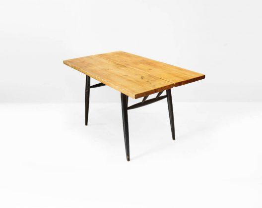 """フィンランドミッドセンチュリーを代表するデザイナー、イルマリ・タピオヴァーラが1955年に発表した""""ピルッカ""""シリーズのダイニングテーブル。 無垢材を使ったダイニングテーブルは重いイメージになりがちですが、このピルッカは明るい色合いのパイン材と繊細に取り付けられたバーチ材の脚がとても軽やかな印象にしてくれます。 ネジを一切使わずに木製のダボで天板を繋ぎ止めたり、小枝のように伸びる脚を天板裏の穴に差し込んで組み立てる構造には、実は天板にかかる負荷を分散させて強度をアップさせるという秘密が隠されていたのです。 また、ピルッカはその特徴的な脚がかなり内側に取り付けられているため、こちらの120サイズのテーブルでは片側に納められる椅子は1脚のみ。 そのため、ゆとりと持って使うとすれば2人掛けということになりますが、コンパクトに使いたいという方には小ぶりの椅子を用意すれば4人掛けとしてもお使いいただけると思います。 意外にも4人がギュッと小さく収まって使うのも食卓をより一層あたたかく演出してくれるようで心地よかったりするものです。 また、木目や節に味のあるパイン材が放つなんとも言えない""""アトリエ""""感がデスクや作業台にもぴったりではないでしょうか♪ 全体を植物由来のワックスで仕上げました。フレーム部分に塗装の剥がれがございます。 天板に汚れ、シミがございますが敢えて研磨はしておりませんので、ヴィンテージならではの味わいをお楽しみいただけたらと思います。 また、ヴィンテージ品のため、経年や使用による傷や擦れ、汚れが全体的にございますが、使用に差し支えるほどのダメージはございません。 イルマリ・タピオヴァーラは同じくフィンランドを代表するデザイナー、アルヴァ・アアルトや近代建築の巨匠、ル・コルビジェなど、各国の建築デザイン界の名だたる巨匠のもとに師事をしていたという経歴を持ちます。 そのため、彼のデザインには母国の北欧フィンランドらしさというものが基本にありながらも、他の国の要素を感じさせるような独自の感性が表れているような気がします。 このピルッカシリーズも洗練された北欧デザインの中に、どこかフレンチシャビーのような素朴な雰囲気を感じることができるのです。 ~【東京都杉並区阿佐ヶ谷北アンティークショップ 古一】 古一/ふるいちでは出張無料買取も行っております。杉並区周辺はもちろん、世田谷区・目黒区・武蔵野市・新宿区等の東京近郊のお見積もりも!ビンテージ家具・インテリア雑貨・ランプ・USED品・ リサイクルなら古一/フルイチへ~"""