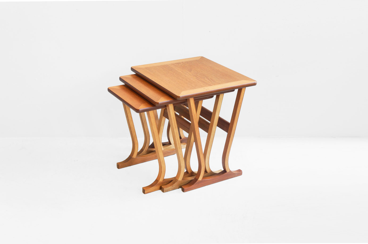 1910年創業のイギリスミッドセンチュリーを代表する老舗家具メーカー、Nathan/ネイサンのネストテーブル。 美しいフォルムを描く特徴的な脚がスタイリッシュでモダンな印象に。 突板の貼り合わせ技術に優れていたネイサンだからこそ作り上げられた繊細なデザインです。 天板にはチーク、脚にはプライウッドとマホガニーを使用しており、それぞれの木材のコントラストが楽しめます。 スカンジナビアンスタイルを感じさせながらも、ただシンプルになりすぎず、ピリッとアクセントを効かせたデザイン、というのがイギリスミッドセンチュリーデザインの特徴ではないでしょうか。 デザイン性の高いネイサンのアイテムはインテリアコーディネートをワンランクアップしてくれます。 細かな傷や擦れがあるものの、大きなダメージのない比較的良好なコンディションです。 大中小、3つのテーブルがひとつに収まるようにデザインされたネストテーブル。 全てまとめたままで使うも良し、3つをバラバラで使うのも良し、とても使い勝手の良いアイテムです。 上下に重ねてちょっとしたオープンラックのように使うのもオススメですよ♪ ~【東京都杉並区阿佐ヶ谷北アンティークショップ 古一】 古一/ふるいちでは出張無料買取も行っております。杉並区周辺はもちろん、世田谷区・目黒区・武蔵野市・新宿区等の東京近郊のお見積もりも!ビンテージ家具・インテリア雑貨・ランプ・USED品・ リサイクルなら古一/フルイチへ~