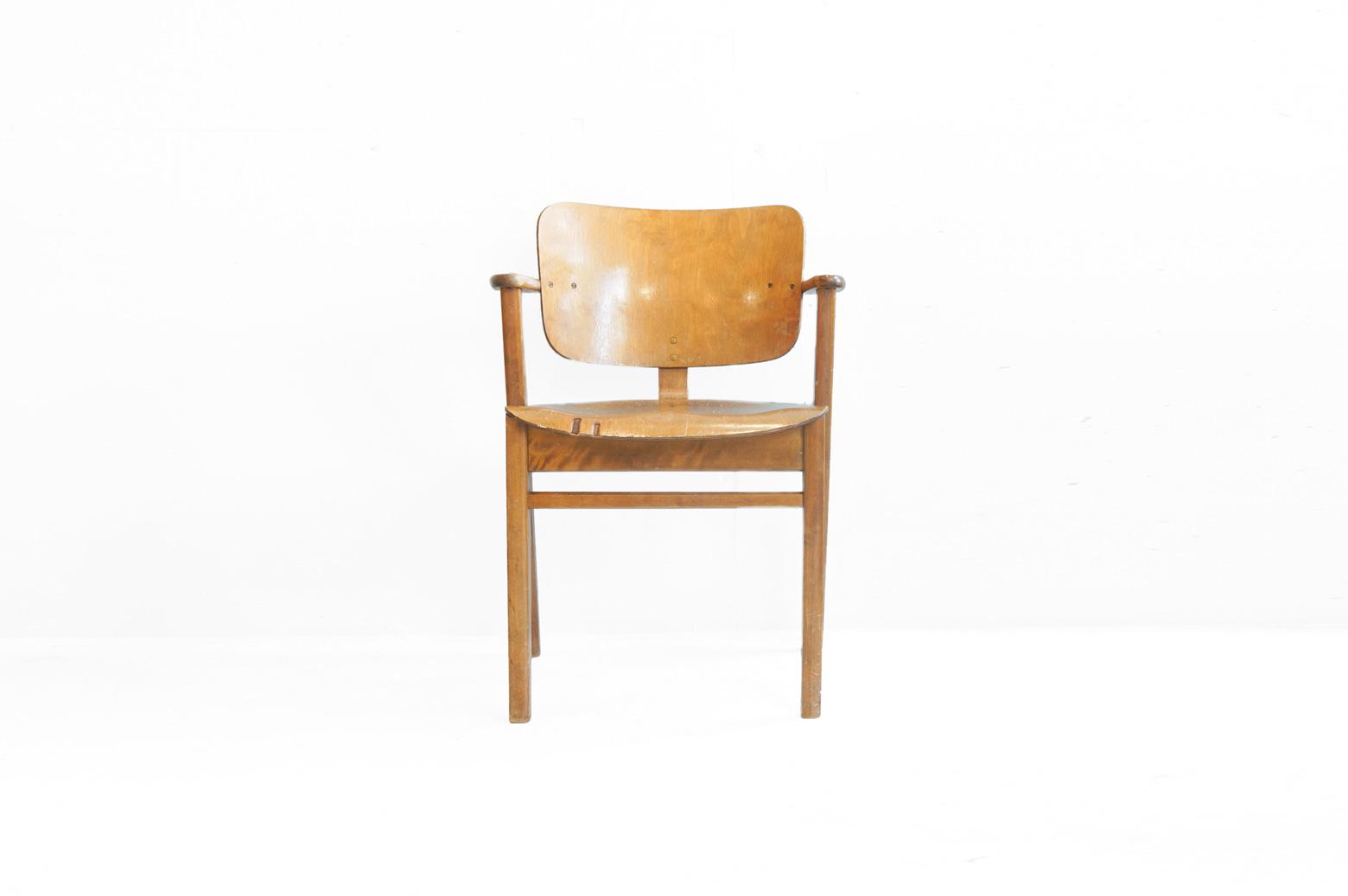 """アルヴァ・アアルトと並ぶフィンランドを代表する巨匠のひとり、Ilmari Tapiovaara/イルマリ・タピオヴァーラ。 彼がヘルシンキの学生寮「ドムス アカデミア」のために1946年にデザインしたチェアが「ドムスチェア」です。 プライウッドで形成されたシート部分は体を包み込むような柔らかいアーチがかかっており、学生が長時間座って勉強したり読書をしていても疲れず、どの角度でも座りやすようにデザインされています。 幅広な背もたれの脇からちょこっと飛び出た肘掛けはテーブルの下に収納するときに邪魔にならないように。 ネジを敢えて見せているのは輸出時にコンパクトに梱包できるよう、もともとは組み立て式のチェアであったため。 フィンランド特有の合理的な考え方がこのチェアの随所にも見られます。 洗練されたデザインというよりもどこか素朴で愛嬌のある佇まいが特徴のドムスチェア。 最近では北欧デザインへの注目が高まり、ヴィンテージ家具の人気もどんどんと上がっています。 このドムスチェアもそのひとつで、フィンランドですらヴィンテージドムスにはなかなか出会えないのだとか。 貴重なヴィンテージをお探しの方はこの機会にぜひご検討ください。 ヴィンテージ品のため、傷や擦れ、汚れがございます。座面にささくれがございましたが、丁寧にサンディングして角を取りましたので、引っかかりにくくなっております。蜜蝋ワックスで仕上げております。 使用に差し支えるようなダメージはございません。耐久性に優れた丈夫な作りのドムスチェアはヴィンテージ品でもまだまだ永くお使いいただけます。また、ヴィンテージならではの飴色に変化したバーチ材の深い味わいをお楽しみいただけます。 フィンランドという国は実は出来てから100年余りということをご存知でしょうか。 しかしながら、フィンランドで生まれたデザインの歴史は意外にも古く、こちらのドムスチェアは同じ北欧のデンマークの名作家具Yチェアやセブンチェアよりも前にデザインされました。(アアルトのスツール60などはそれよりも更に古い!) 古くからのフィンランド人の物へのこだわりが永く愛され続けるデザインを生み出しているのではないでしょうか。 それにしてもドムスチェアは一見""""ぼてっ""""とした椅子なのですが、ずっと見てるとどんどん可愛く見えてくるのは不思議です。 ~【東京都杉並区阿佐ヶ谷北アンティークショップ 古一】 古一/ふるいちでは出張無料買取も行っております。杉並区周辺はもちろん、世田谷区・目黒区・武蔵野市・新宿区等の東京近郊のお見積もりも!ビンテージ家具・インテリア雑貨・ランプ・USED品・ リサイクルなら古一/フルイチへ~"""
