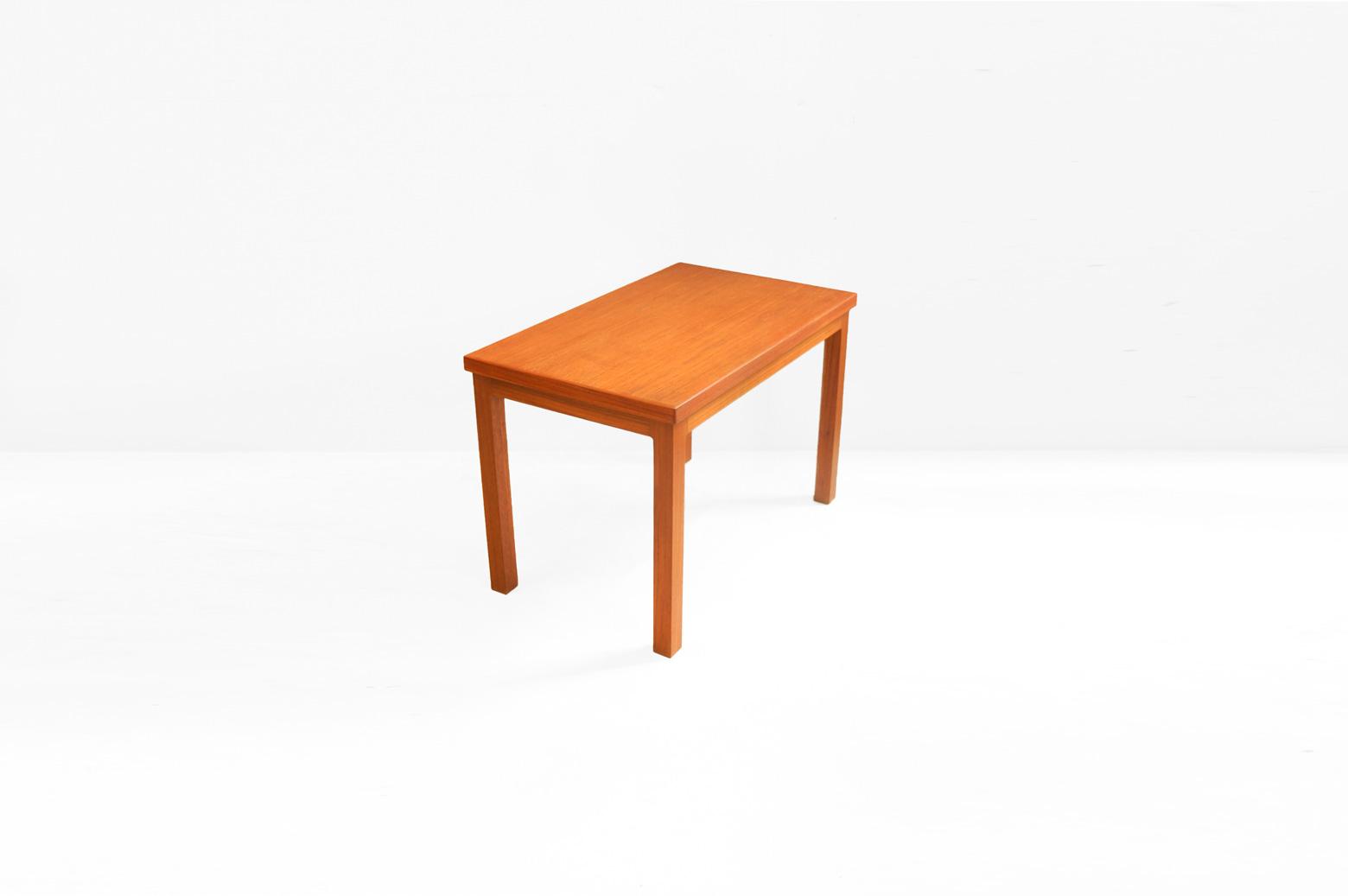 """チーク材を使った、デンマークヴィンテージのコーヒーテーブル。 日本の住環境にもぴったりのコンパクトなサイズ感と使いやすくて飽きの来ない形。 しかし、ただの四角いシンプルなテーブルではありません。 あたたかく、やわらかく、明るく、お部屋をそんな雰囲気にしてくれるのがチーク材のとっても良いところ。 センターテーブル、サイドテーブルとしてソファと合わせてお使いください♪ 自然なチーク材の質感を味わえるよう、表面に塗布されていたニスを剥離し、新しいオイルを塗り直しました。 経年や使用に伴う細かな傷や擦れがございますが、大きなダメージはございません。 """"幕板""""と呼ばれる天板と脚を繋ぐ部分にカーブがかかっていたり、天板裏の四隅には""""隅木""""という部材を入れ、テーブルの強度を上げる工夫がなされていたり。 無駄な装飾のないシンプルな形だけれど、実はちょっとしたところにこだわりを感じるのが北欧家具なんですね。 ~【東京都杉並区阿佐ヶ谷北アンティークショップ 古一】 古一/ふるいちでは出張無料買取も行っております。杉並区周辺はもちろん、世田谷区・目黒区・武蔵野市・新宿区等の東京近郊のお見積もりも!ビンテージ家具・インテリア雑貨・ランプ・USED品・ リサイクルなら古一/フルイチへ~"""