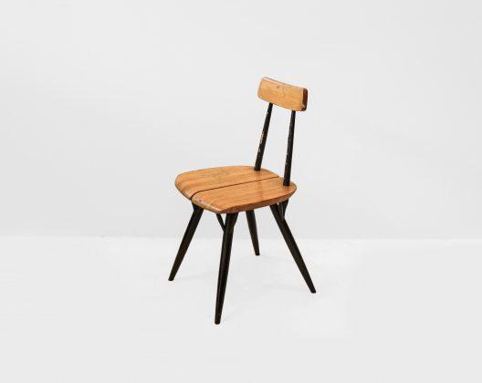 """フィンランドデザイン界の巨匠、イルマリ・タピオヴァーラの代表作のひとつ""""ピルッカ""""シリーズ。 座面は2枚のパイン集成材からできており、その真ん中にはなんと隙間が… しかもよく見るとその隙間を繋ぎ止めているのは木製の""""ダボ""""。 なぜこのような構造になっているのかと言うと、通常はどうしても一箇所にかかってしまう負荷を分散させるため。 このダボは一種のサスペンションのようになっているという訳です。 そして何と言っても、このピルッカの特徴は小枝のように広がった脚。 左面の根元で複数の三角形を作り上げることで、強度を増しています。 ここまで高い強度を実現しているピルッカ、実はネジを一切使用しておらず、座面や背板にある穴にパーツをはめ込んで作られています。 機能性の富んだ構造でありながらそれが独自のデザインとなっており、唯一無二の存在感を生み出す。 シンプルで繊細なチェアですが、それを作り出すためにイルマリ・タピオヴァーラがディテールにまでこだわりぬいた形がこのピルッカチェアなのではないでしょうか。 全体を植物由来のワックスで仕上げました。背もたれ部分に丸い跡がございます。フレーム部分に塗装の剥がれがございます。 ヴィンテージ品のため、経年や使用による傷や擦れ、汚れが全体的にございますが、使用に差し支えるほどのダメージはございません。 イルマリ・タピオヴァーラがデザインしたチェアといえば、ピルッカチェアの他にもドムスチェアやファネットチェアなどがありますが、そのほとんどのチェアに共通して見られる特徴が座面の手前端に作られたとても緩やかな傾斜。 太ももに座面の角が当たらず座り心地がUPするというのはもちろん、なんだか""""さぁどうぞ、ゆっくり腰掛けてくださいな""""と椅子が手を前に差し出してくれているような柔らかい印象を与えてくれています。 イルマリ・タピオヴァーラのヴィンテージアイテムはどれも貴重なものばかりです。 お探しの方はぜひご検討ください。 ~【東京都杉並区阿佐ヶ谷北アンティークショップ 古一】 古一/ふるいちでは出張無料買取も行っております。杉並区周辺はもちろん、世田谷区・目黒区・武蔵野市・新宿区等の東京近郊のお見積もりも!ビンテージ家具・インテリア雑貨・ランプ・USED品・ リサイクルなら古一/フルイチへ~"""