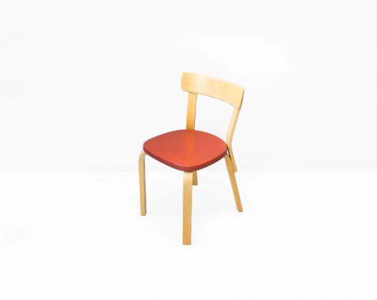 """Art(芸術)とTechnology(技術)の融合、artek/アルテックは1935年にフィンランドで誕生しました。 フィンランドデザイン界の巨匠、Alvar Aalto/アルヴァ・アアルトはアルテック創業者のひとり。 そんなアアルトが手掛けたデザインの定番アイテムとなっているのが、ダイニングチェア69です。 アアルトが独自に開発した通称""""アアルトレッグ""""を使ったシンプルなチェア。 デザインだけでなく、一見構造もシンプルですが、そのタフさと言ったら何年でも何十年でも使い続けられるほど。 実際、アアルトレッグを使ったチェア69やスツール60などはまだまだ使い続けられるようなヴィンテージアイテムが数多く残っています。 また、流行り廃りなどは関係なく、いくつもの世代を超えてもスタンダードであり続けられる形である証拠でもあります。 ヴィンテージ品のため、経年や使用に伴うキズやスレ、打痕などのダメージがございますが、使用に問題はございません。 """"アアルトレッグ""""は成型合板と曲木の技術を使った特殊な製法で作られます。 曲木を施す部分にスリットを入れ、そこにラメラと呼ばれる薄い木材を挟み込み、ラミネート加工をし、加圧することによって曲げます。 ただの無垢材よりも丈夫、そしてその曲線が描くアーチはとても美しい。 アアルトが作りだした北欧フィンランドのスタンダードは、これからも変わることのない唯一無二の味わいで私たちの生活に洗練された彩りをプラスしてくれることでしょう。 ~【東京都杉並区阿佐ヶ谷北アンティークショップ 古一】 古一/ふるいちでは出張無料買取も行っております。杉並区周辺はもちろん、世田谷区・目黒区・武蔵野市・新宿区等の東京近郊のお見積もりも!ビンテージ家具・インテリア雑貨・ランプ・USED品・ リサイクルなら古一/フルイチへ~"""