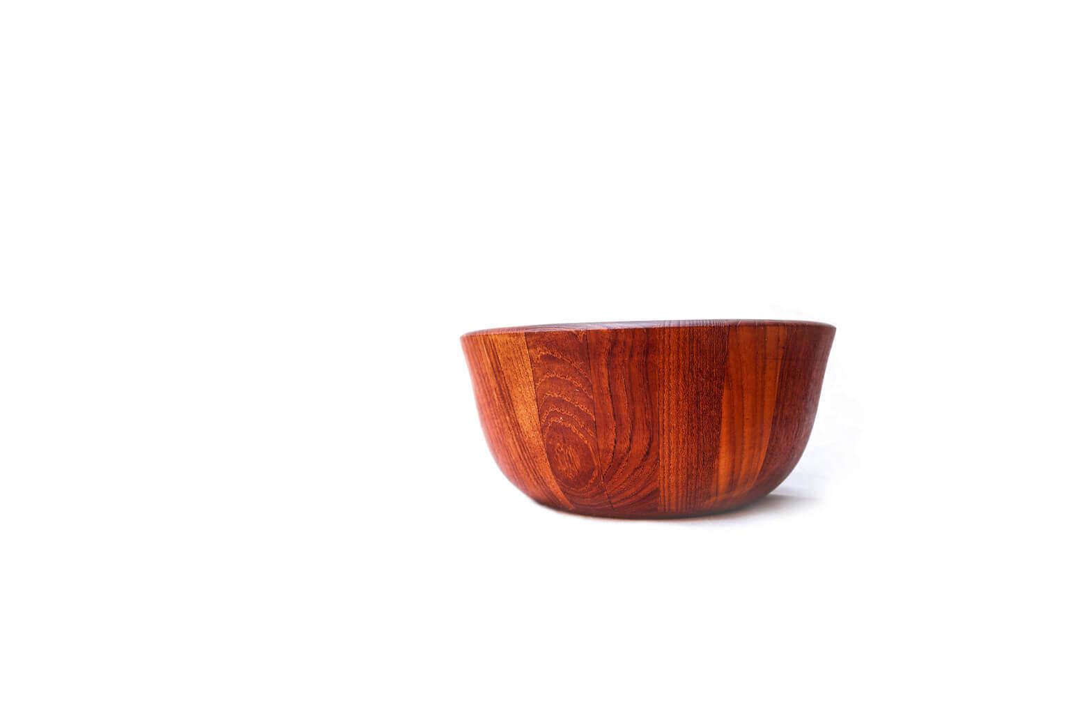 人気の北欧ヴィンテージ食器、レリーフシリーズやコーディアルシリーズなどを手掛けたデンマーク出身のデザイナー、イェンス・クイストゴー。 実は、1954年にアメリカで創業した、DANSK/ダンスクの創業者としても知られています。 こちらはクイストゴーデザインのチークボウル。 肉厚なチーク材を寄木して作られています。 削り出して作られたものとはまた雰囲気が異なり、様々な木目の味わいが楽しめます。 あたたかみがプラスしたい場所に置いてインテリアとしてお使いいただくのもおすすめです。 淵に傷がございます。ヴィンテージ品のため、経年や使用に伴う、細かな傷や擦れがございますが、大きなダメージはございません。 また、経年によりチーク材の味わいが増し、深い飴色に変色しています。 チーク無垢材を使用したヴィンテージ品のため、水気を伴うご使用はあまりおすすめできません。 万が一、水気や汚れが付いてしまった場合は乾いた布でふきとり、よく乾かしてからご使用ください。 袋に入ったおやつを入れたり、小物入れにしたり、様々な使い方ができますよ♪ ~【東京都 Vintage&SecondhandInteriorShop FURUICHI】古一/ふるいちでは出張無料買取も行っております。杉並区周辺はもちろん、世田谷区・目黒区・武蔵野市・新宿区等の東京近郊のお見積もりも!ビンテージ家具・インテリア雑貨・ランプ・USED品・ リサイクルなら古一/フルイチへ~