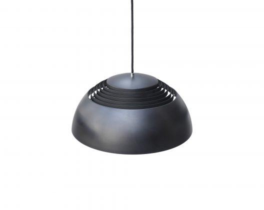 世界で初めてのデザインホテル「SASロイヤルホテル」のために、デンマークの巨匠、アルネ・ヤコブセンが1959年にデザインしたペンダントライト「AJ ロイヤル」。 普遍的な美しさを追求し続けたヤコブセンのデザイン哲学を象徴するような、シンプルで美しい半球型のフォルム。 上部のルーバーが光をシェードの上方向にも反射、拡散させるため、とても豊かで優しい明かりがお部屋に広がります。 無駄のないシンプルなデザインは和洋問わず、様々な空間にすっきりと馴染みます。 ペンダントライトの名作と言われる「AJ ロイヤル」でお部屋に洗練された明かりを灯してみませんか♪ 本来は内側にもう一つシェードがありますが、欠品しています。 シェード上部のルーバーを内側で固定するネジとその周辺に錆びがございます。 経年や使用に伴う細かな擦れがございますが、大きなダメージはなく、動作も問題はございません。 ヤコブセンは「SASロイヤルホテル」のために、照明だけでなく、家具やカーペット、カトラリーやドアノブに至るまで、全てのデザインを手掛けました。 代表作「エッグチェア」や「スワンチェア」もこのホテルのために作られました。 ヤコブセンの名作たちに囲まれたホテル、ぜひ一度訪れてみたいものですね。 ~【東京都 Vintage&SecondhandInteriorShop FURUICHI】古一/ふるいちでは出張無料買取も行っております。杉並区周辺はもちろん、世田谷区・目黒区・武蔵野市・新宿区等の東京近郊のお見積もりも!ビンテージ家具・インテリア雑貨・ランプ・USED品・ リサイクルなら古一/フルイチへ~
