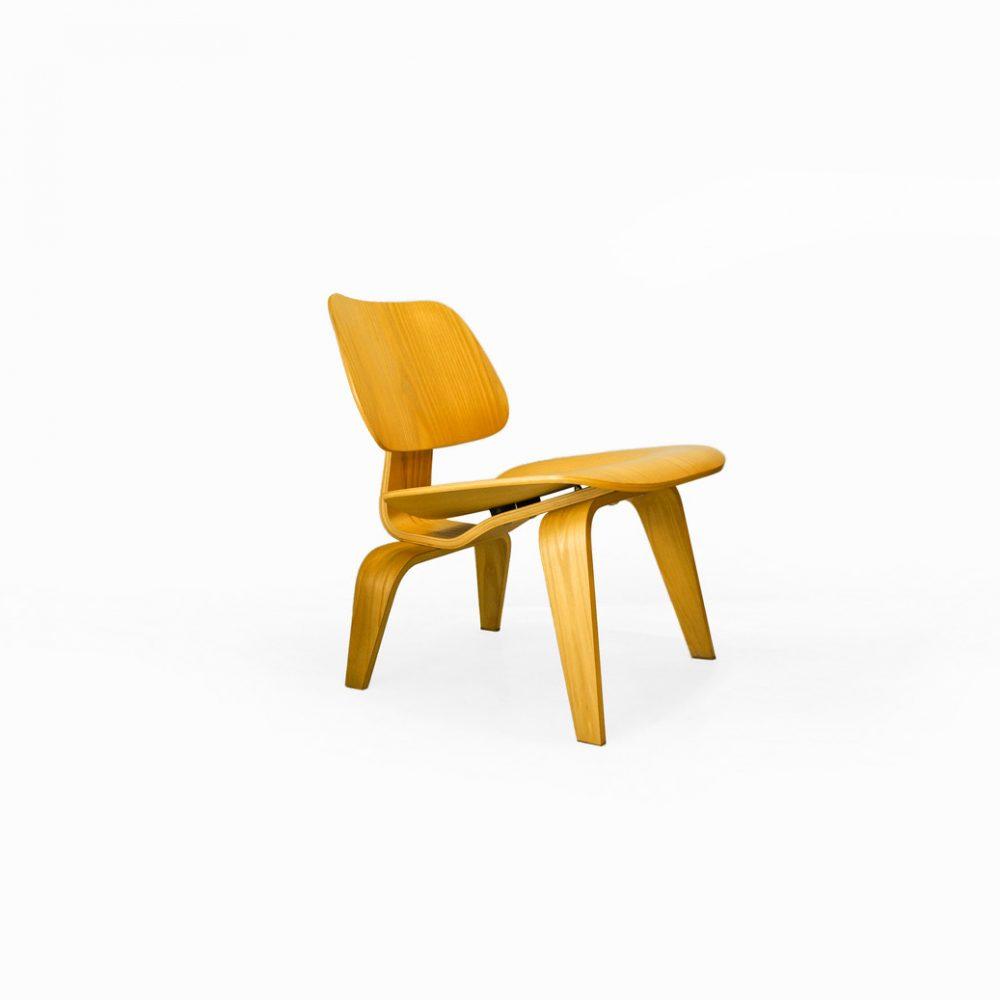 """米タイム誌が「20世紀最高のデザイン」に選んだ椅子、イームズプライウッドチェア。 このチェアが誕生したのは、今から遡ること約70年前の1946年。 当時はまだ建築用の資材として使われていたプライウッドをイームズ夫妻は家具に応用させて、手頃で高品質、そして大量生産ができるチェアを作り上げました。 """"ラウンジチェアウッドレッグ(Lounge Chair Woodleg)""""の頭文字を取った名前のチェア、LCW。 ゆったりと座れるように座面は低く、また、座面と背板が広く設計されています。 身体にフィットさせるように成型された、絶妙な曲線を描くフレーム。 5枚のプライウッドで構成されており、それぞれがゴム製のショックマウントを挟んで組み立てられています。 そのため、プライウッドの特有のしなりに加えて適度な弾力性が生まれ、座り心地をアップさせています。 いつまでも色褪せることのない、モダンデザインのアイコンのひとつです。 背板に傷がございます。 細かな擦れや塗装の剥がれなどがございますが、大きなダメージのない比較的良好なコンディションです。 現行では販売されていない、ライトアッシュ仕様となっています。 クッションがなくても快適な座り心地のチェアとして初めて試みたのが、このイームズプライウッドチェアです。 「優雅で、軽やかで、快適」「これを超えるチェアはない」とまで評されたチェア。 歴史的な名作チェアに腰掛けて、ゆったりとしたくつろぎの時間を過ごしてみませんか♪ ~[有名、無名の枠にとらわれず、作りやデザインで物を選ぶならFURUICHIへ]東京都杉並区阿佐ヶ谷北 アンティークショップ 古一 北欧ヴィンテージや. ジャパンヴィンテージ. 人気のブランド家具. 食器や雑貨も取り扱い. モデル: 北欧家具、ビンテージ家具、ヴィンテージインテリア ビンテージ家具・インテリア雑貨・ランプ・USED品・ リサイクルならフルイチへ~"""