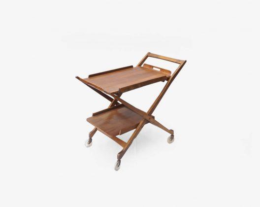 かつて南東ヨーロッパに存在した国、ユーゴスラビア製のバーカート。 木製の家具やインテリア雑貨を製造していた、NASCO/ナスコというメーカーのものになります。 丈夫で深みのある色合いが特徴のウォールナット材を使用しています。 X字に大きく広がった脚が印象的ですが、こちらのバーカートのポイントは天板にあります。 実は天板を取り外してトレイとして使うことができ、さらにはそのトレイの裏側に付いている脚を広げると、小さなテーブルとして使うことができます。 また、トレイを外すと本体を折りたたむことができるという、一台で何役もこなしてくれるとても便利なアイテムです。 トレイの持ち手部分表面に剥がれがございます。キャスターに傷がございます。 折りたたむ際に下段をスライドさせるための軸の一方に歪みが見られます。 経年や使用に伴う傷や擦れがございますが、使用に差し支えるようなダメージはございません。 深みを増したウォールナットがヴィンテージならではの風合いを感じさせてくれます。 古き良き時代にタイムスリップできるような、そんな味わいにグッときます… ~【東京都杉並区阿佐ヶ谷北アンティークショップ 古一】 古一/ふるいちでは出張無料買取も行っております。杉並区周辺はもちろん、世田谷区・目黒区・武蔵野市・新宿区等の東京近郊のお見積もりも!ビンテージ家具・インテリア雑貨・ランプ・USED品・ リサイクルなら古一/フルイチへ~